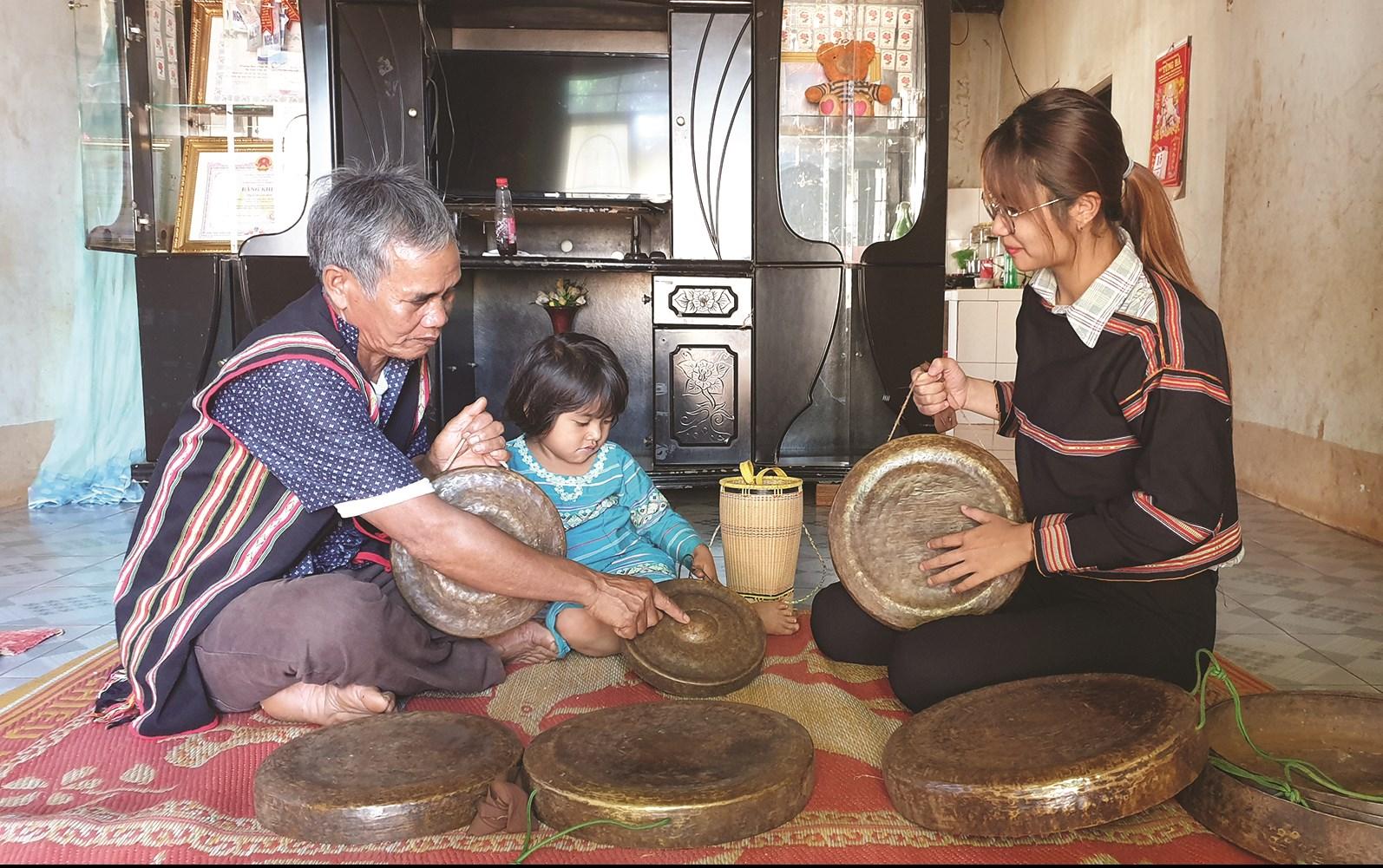 Già làng Rah Lan Hào truyền dạy cồng chiêng cho lớp trẻ