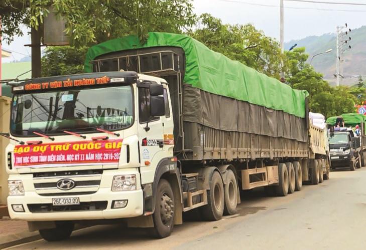 Gạo cứu trợ được vận chuyển đến các huyện, xã vùng cao, từ đó phát tận tay cho các hộ nghèo