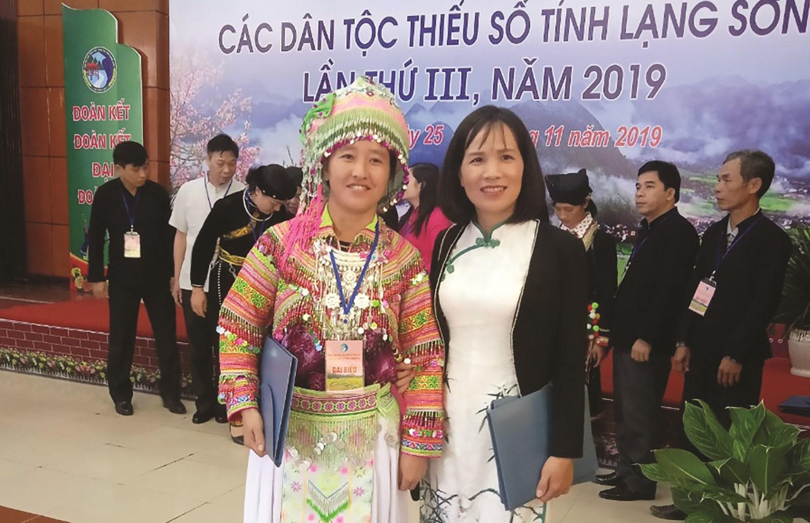 Chị Lầu Thị Hương (bên trái) tại Đại hội đại biểu DTTS tỉnh Lạng Sơn lần thứ III năm 2019.