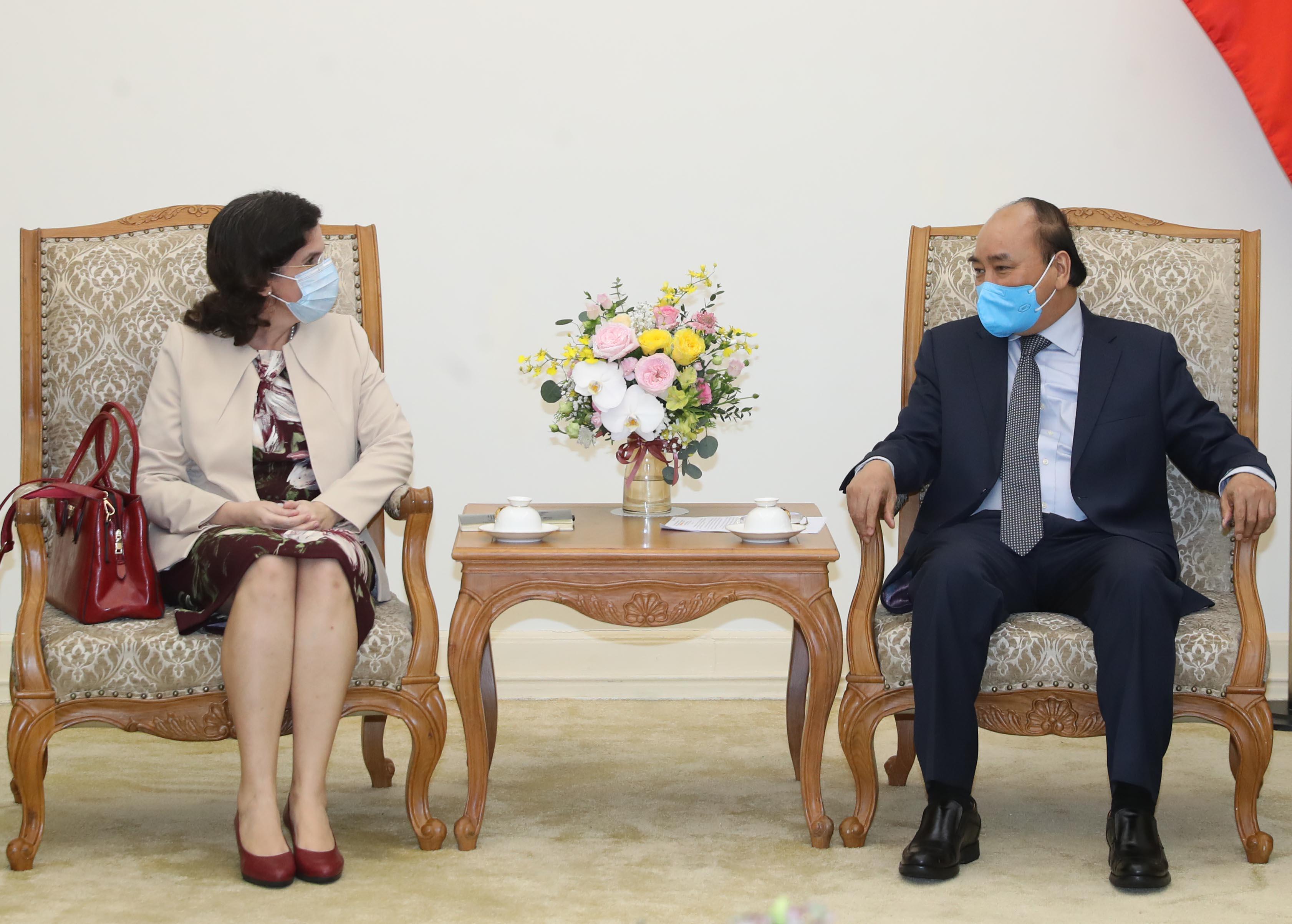 Thủ tướng Nguyễn Xuân Phúc tiếp Đại sứ Cuba tại Việt Nam Lianys Torres Rivera, chiều 17/4. Ảnh: VGP/Quang Hiếu