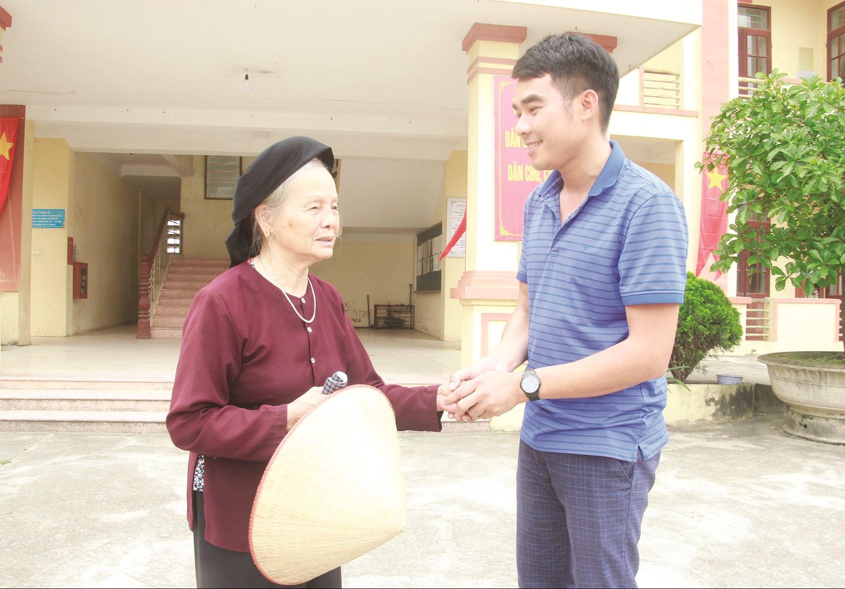 Cụ Nguyễn Thị Nhuận đến trụ sở MTTQ xã Xuân Phú trao tiền ủng hộ