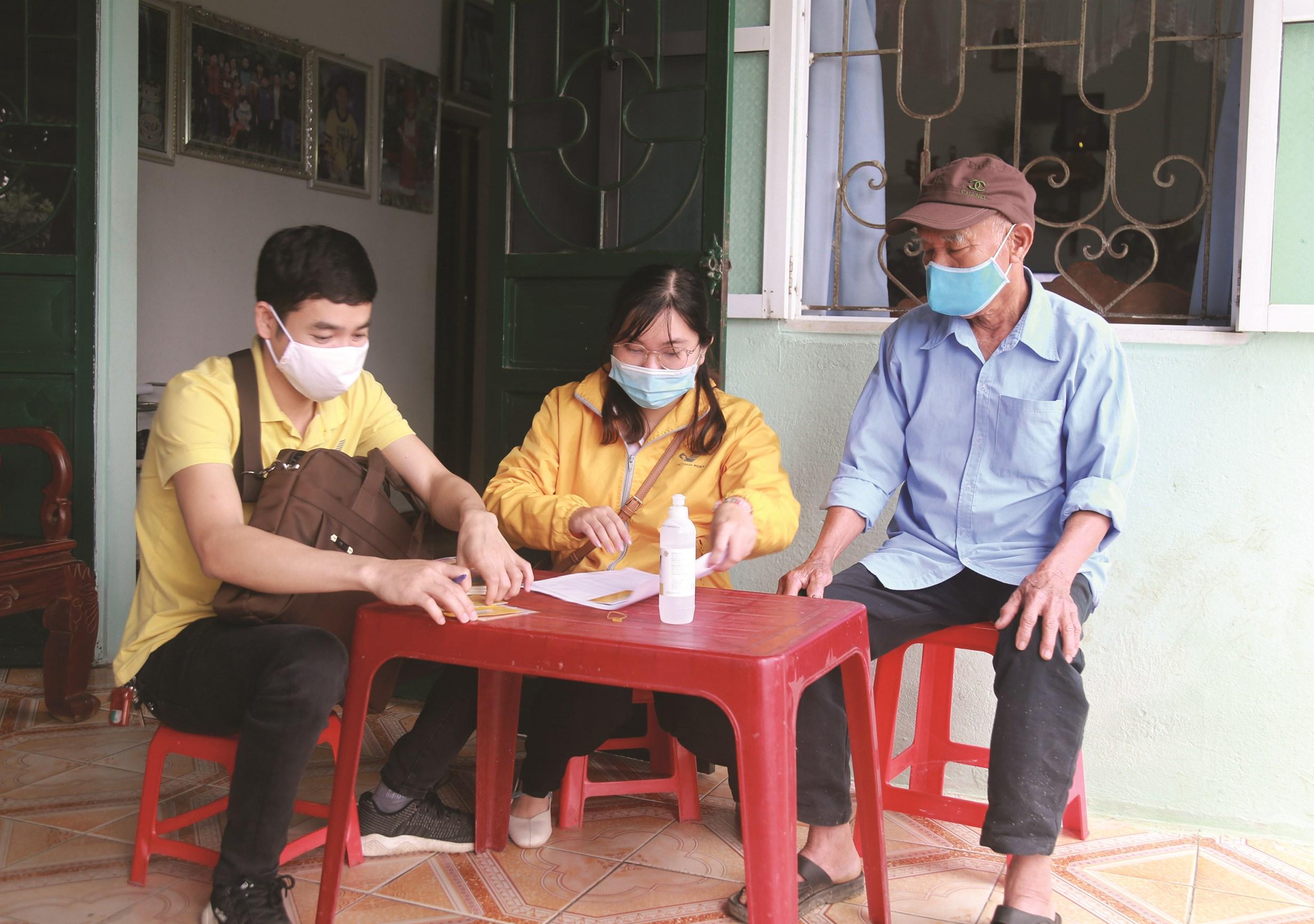 Lương hưu được trao tận nhà giúp người dân yên tâm ở nhà trong những ngày thực hiện giãn cách xã hội.