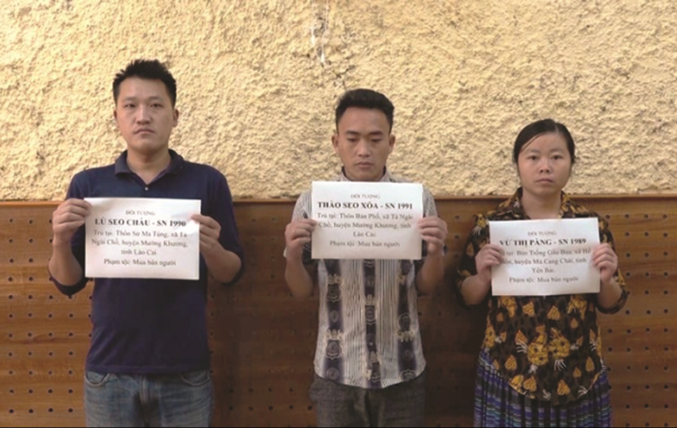 Đối tượng Vừ Thị Pàng (1988) trú tại xã Hồ Bốn, huyện Mù Cang Chải (Yên Bái); Thào Seo Xóa (1991) và Lù Seo Châu (1990), cùng trú tại xã Tả Ngài Chồ, huyện Mường Khương (Lào Cai) vừa bị khởi tố về hành vi mua bán người vào tháng 3/2020
