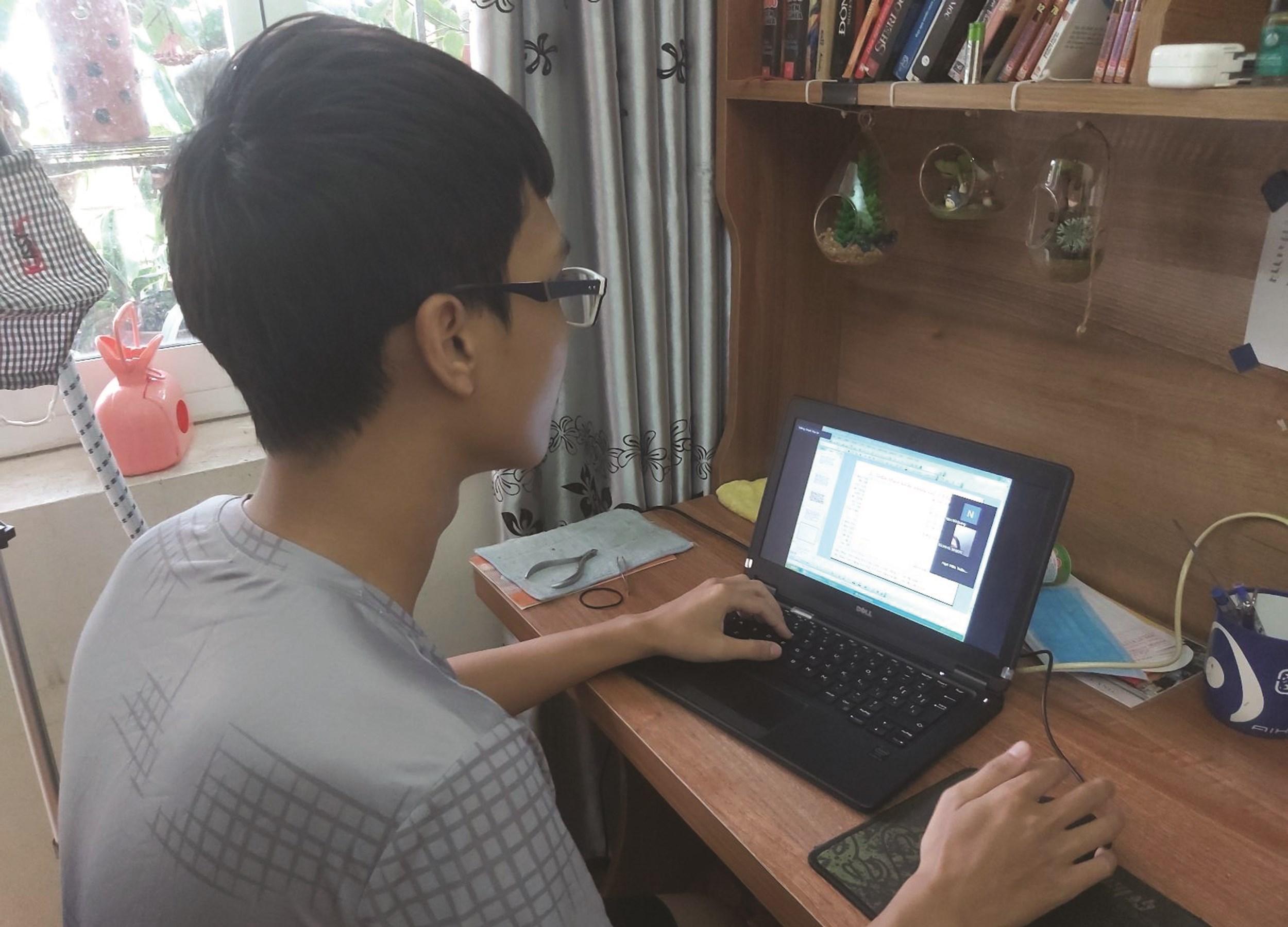 Em Nguyễn Đức Long học online tại nhà trên phần mềm mới được triển khai