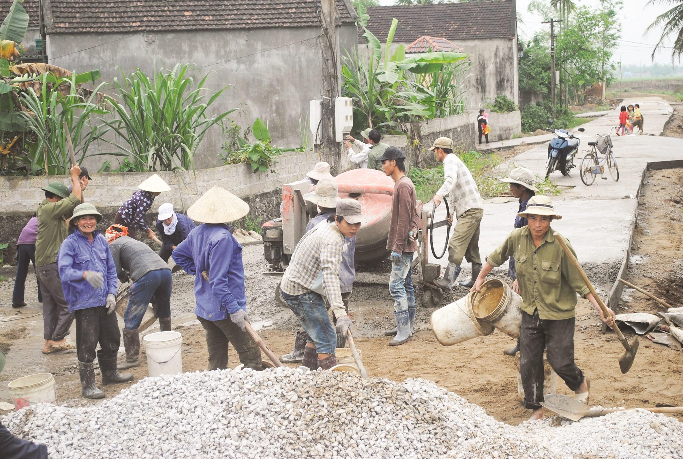Người dân tham gia bê tông hóa đường giao thông nông thôn (Ảnh minh họa)