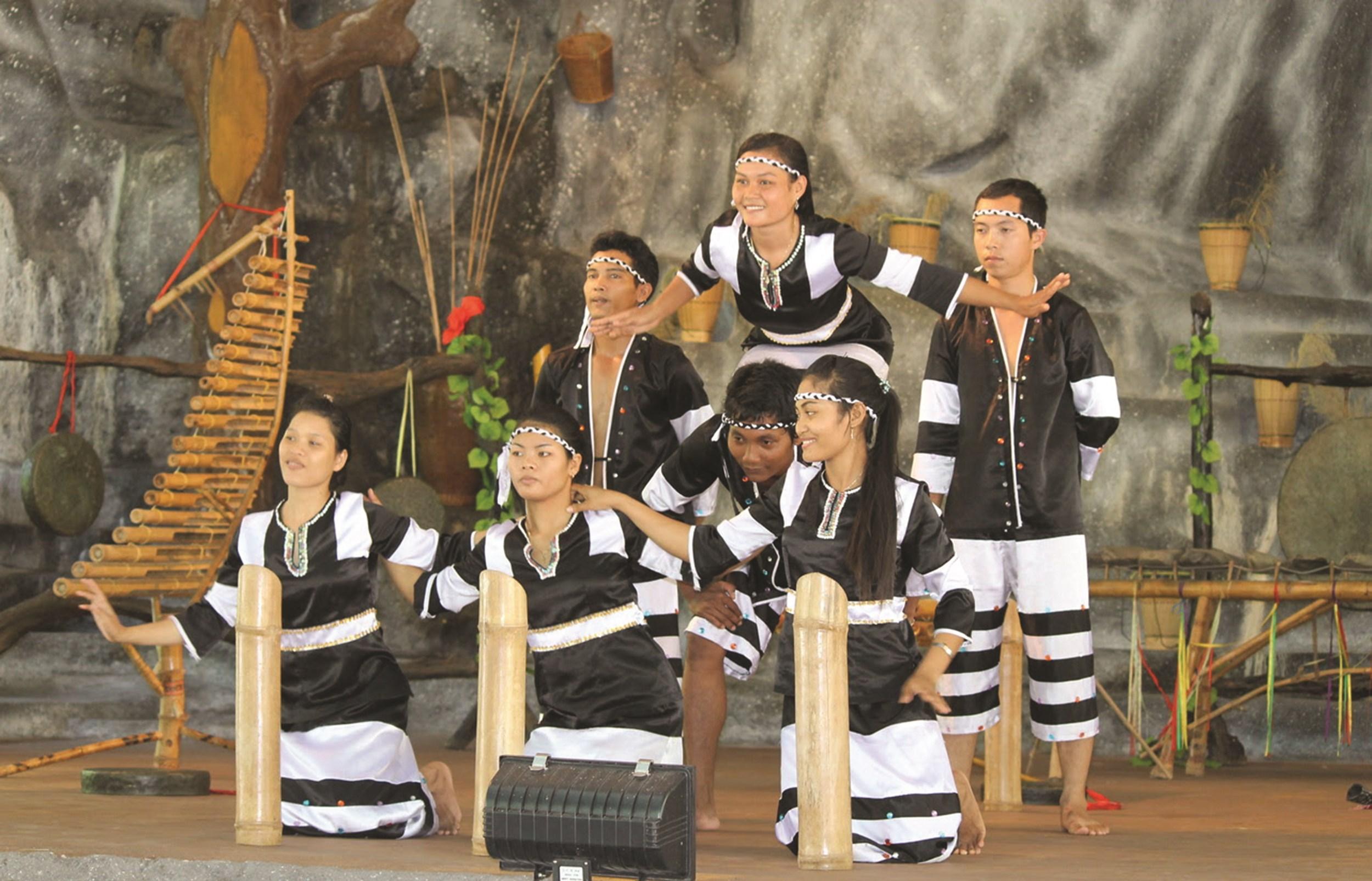 Trang phục truyền thống của đồng bào Raglai ở Khánh Sơn (Khánh Hòa) hiện nay