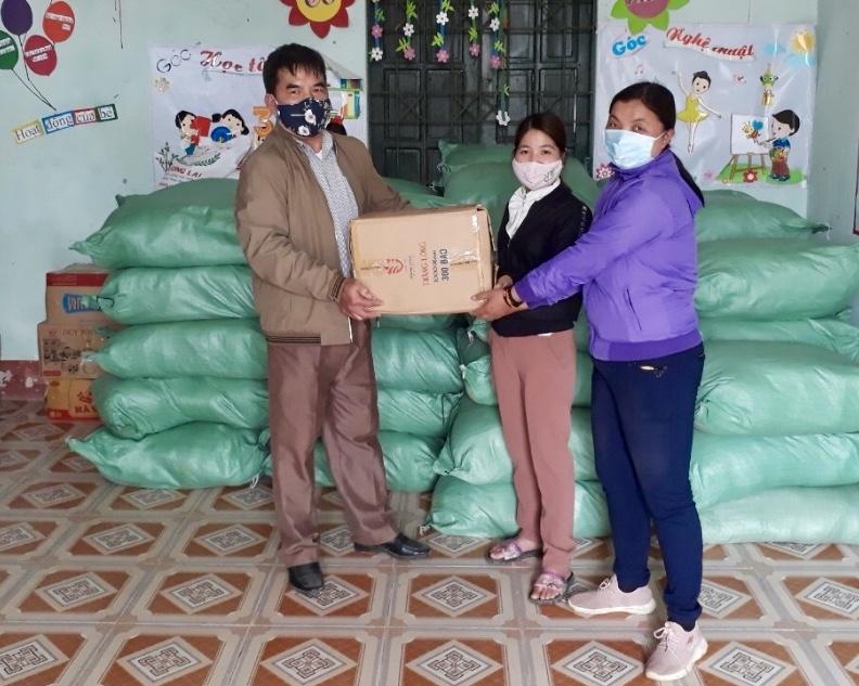 Thừa ủy quyền của Lãnh đạo UBDT, Đoàn công tác Ban Dân tộc tỉnh Hà Giang trao quà cho đại diện xã Phố Là