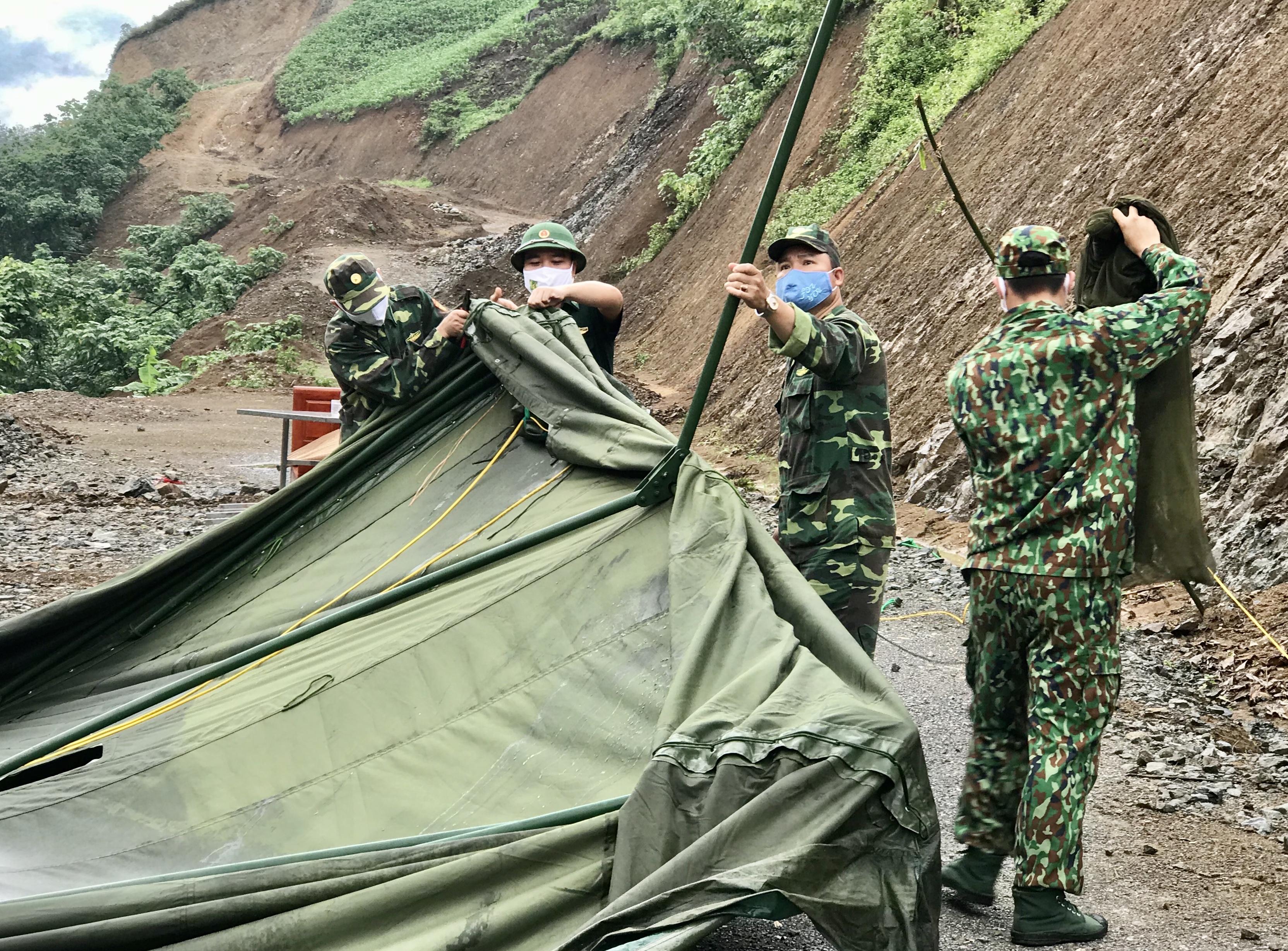 Nhiều lều bạt dã chiến của lực lượng Bộ đội Biên phòng phục vụ công tác phòng chống dịch bị gió lốc làm đổ
