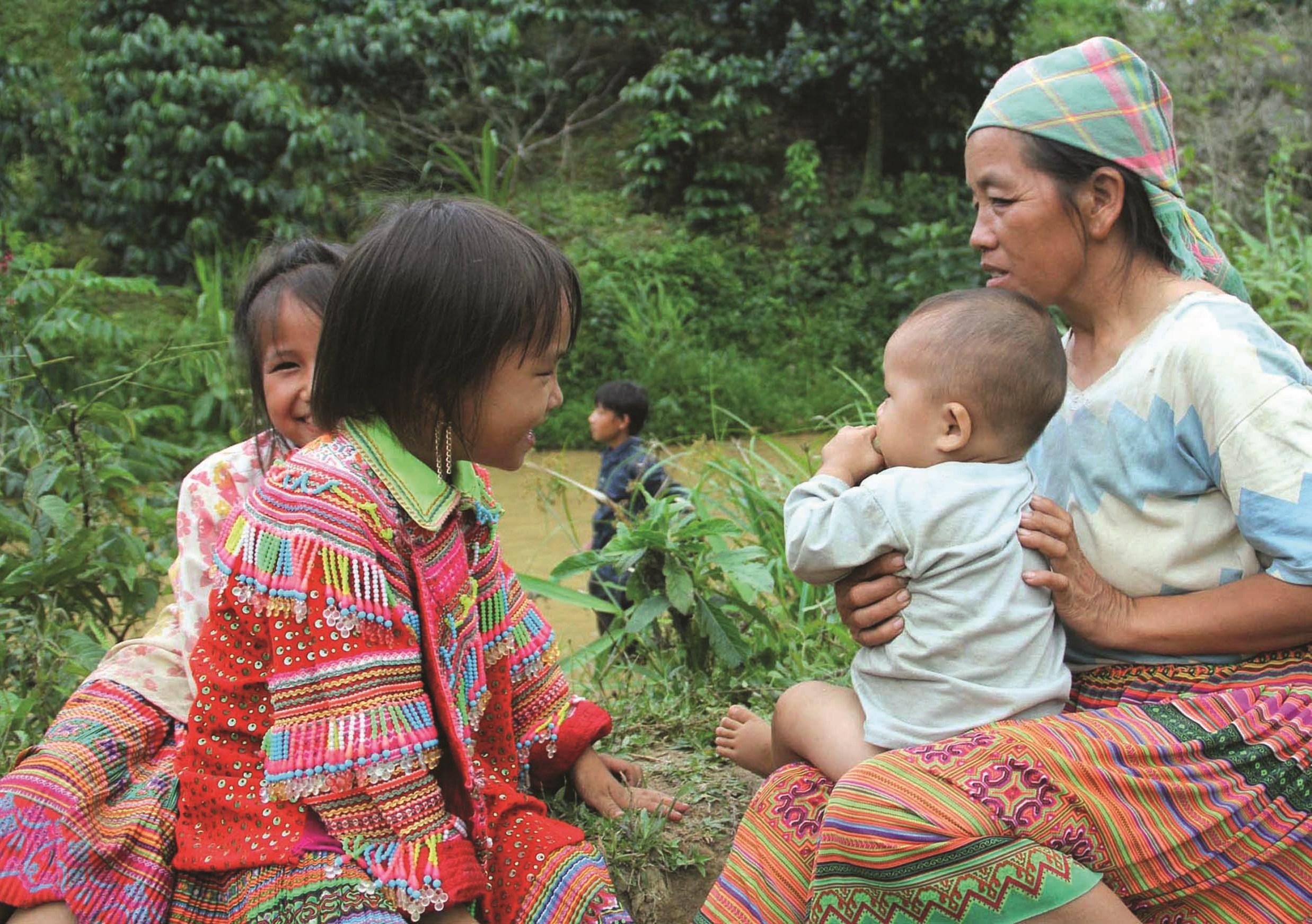 Mẹ và con người Mông trên quê mới ĐamRông, LâmĐồng.