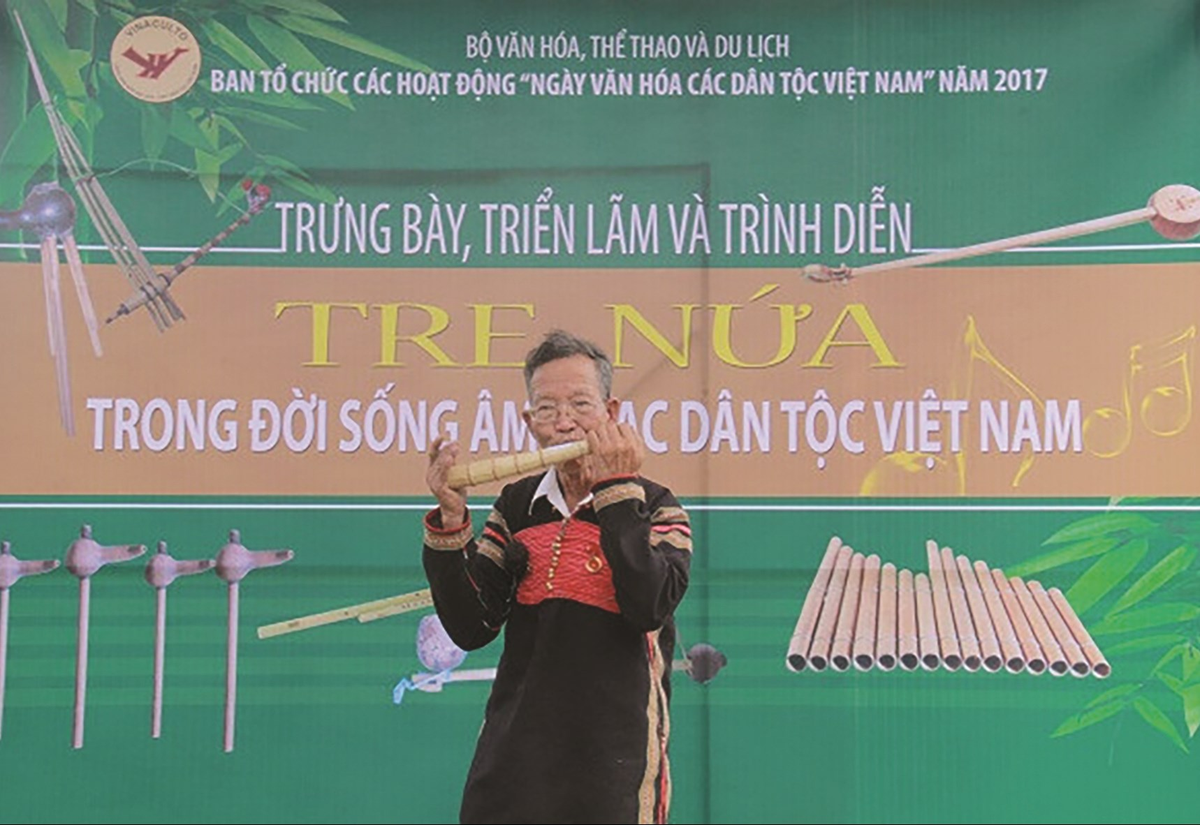 Nghệ nhân Ama H'Loan biểu diễn nhạc cụ dân tộc tại Làng Văn hóa, Du lịch các dân tộc Việt Nam (Đồng Mô, Hà Nội)