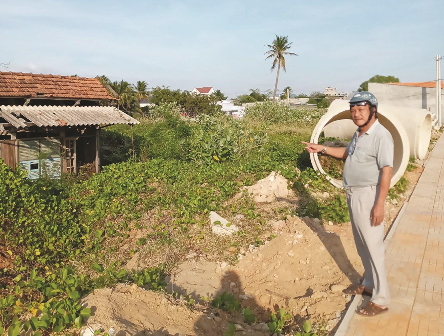 Ông Nguyễn Trung, một hộ dân bị thu hồi đất đang gửi đơn tố cáo đến cơ quan chức năng