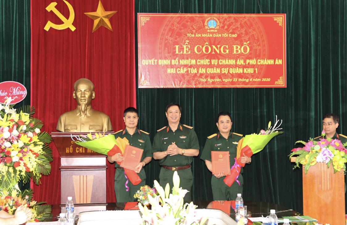 Thiếu tướng Dương Văn Thăng, Phó chánh án Tòa án Nhân dân tối cao, Chánh án Tòa án Quân sự Trung ương trao quyết định và tặng hoa chúc mừng các đồng chí lãnh đạo Tòa án Quân sự Quân khu 1.