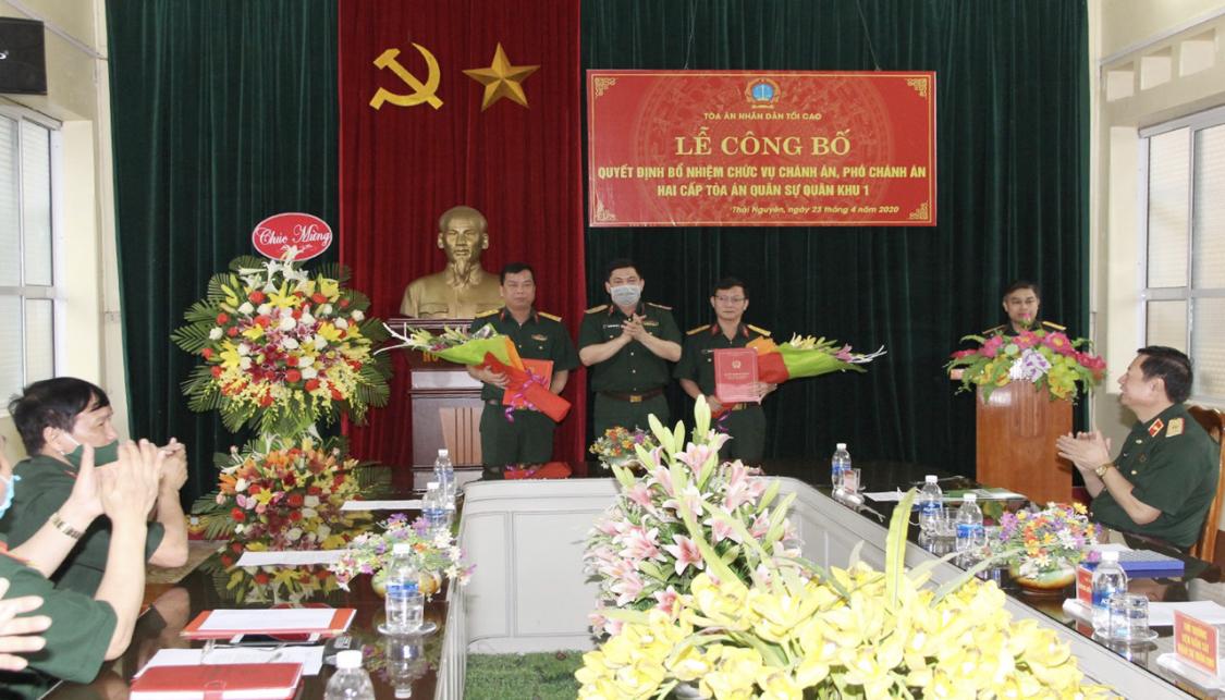 Thiếu tướng Nguyễn Hồng Thái, Tư lệnh Quân khu trao quyết định và tặng hoa chúc mừng các đồng chí lãnh đạo Tòa án Quân sự khu vực Quân khu 1.