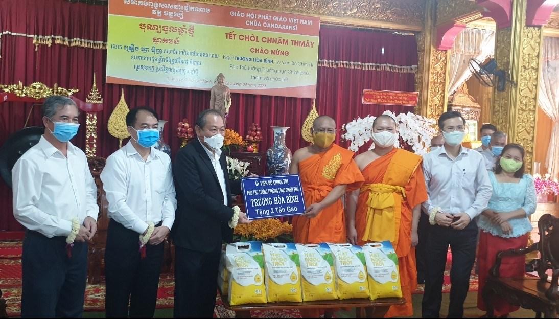 Phó Thủ tướng Thường trực Chính phủ Trương Hòa Bình gửi tặng 2 tấn gạo cho đồng bào Khmer tại khu vực TPHCM gặp khó khăn do dịch bệnh COVID-19