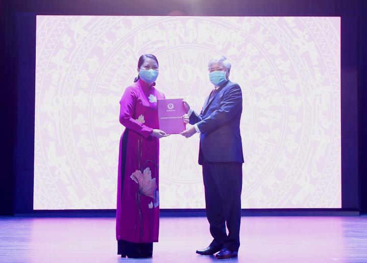 Bộ trưởng, Chủ nhiệm Đỗ Văn Chiến trao quyết định bổ nhiệm cho bà Hoàng Thị Lề