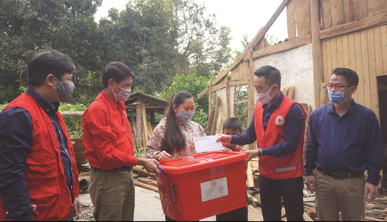 Đại diện Trung ương Hội Chữ thập đỏ tặng quà cho các gia đình bị thiệt hại do mưa lốc gây ra trên địa bàn TP. Lào Cai