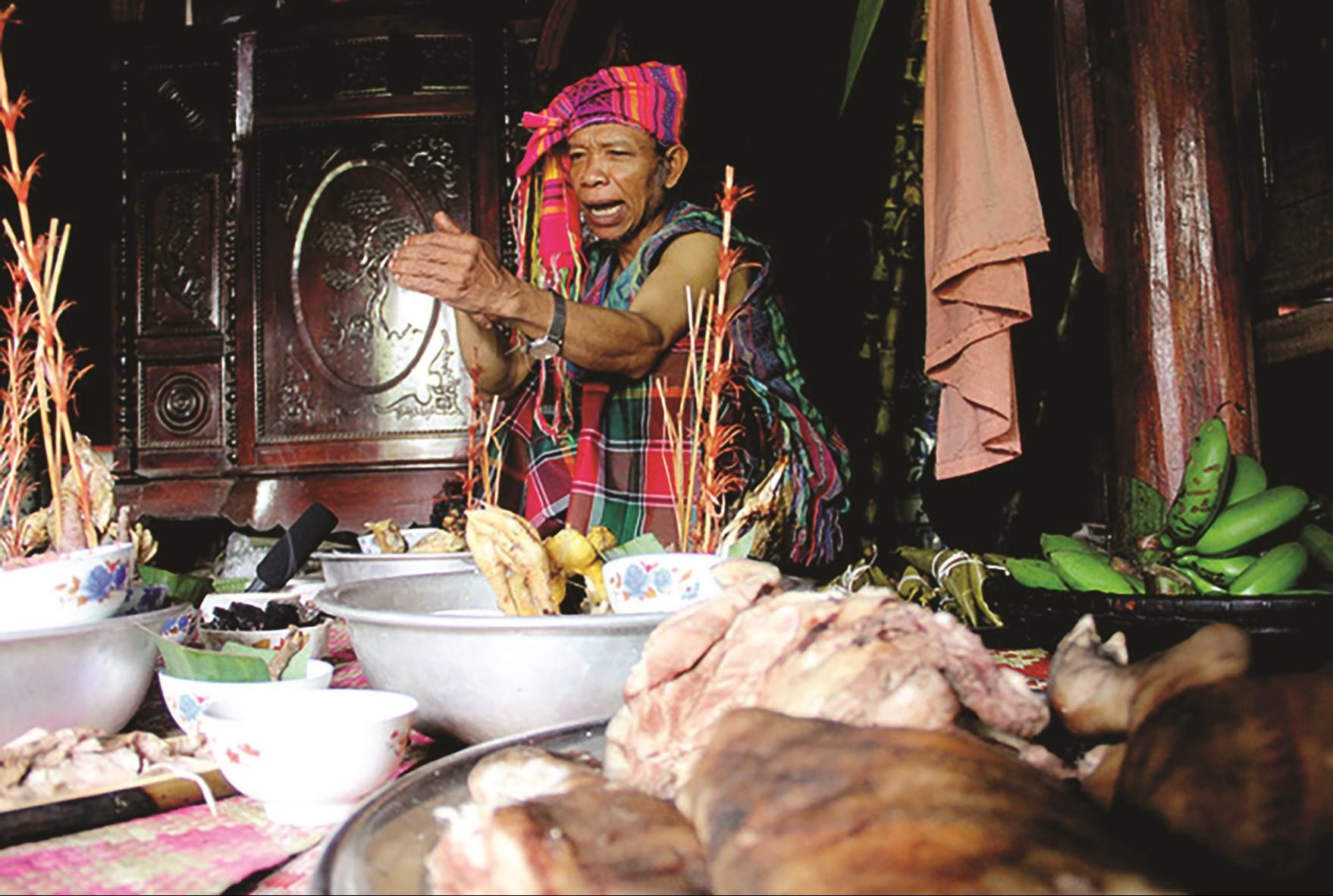 Già Hồ Văn Hạnh làm chủ lễ cúng A Da truyền thống.(Ảnh tư liệu)