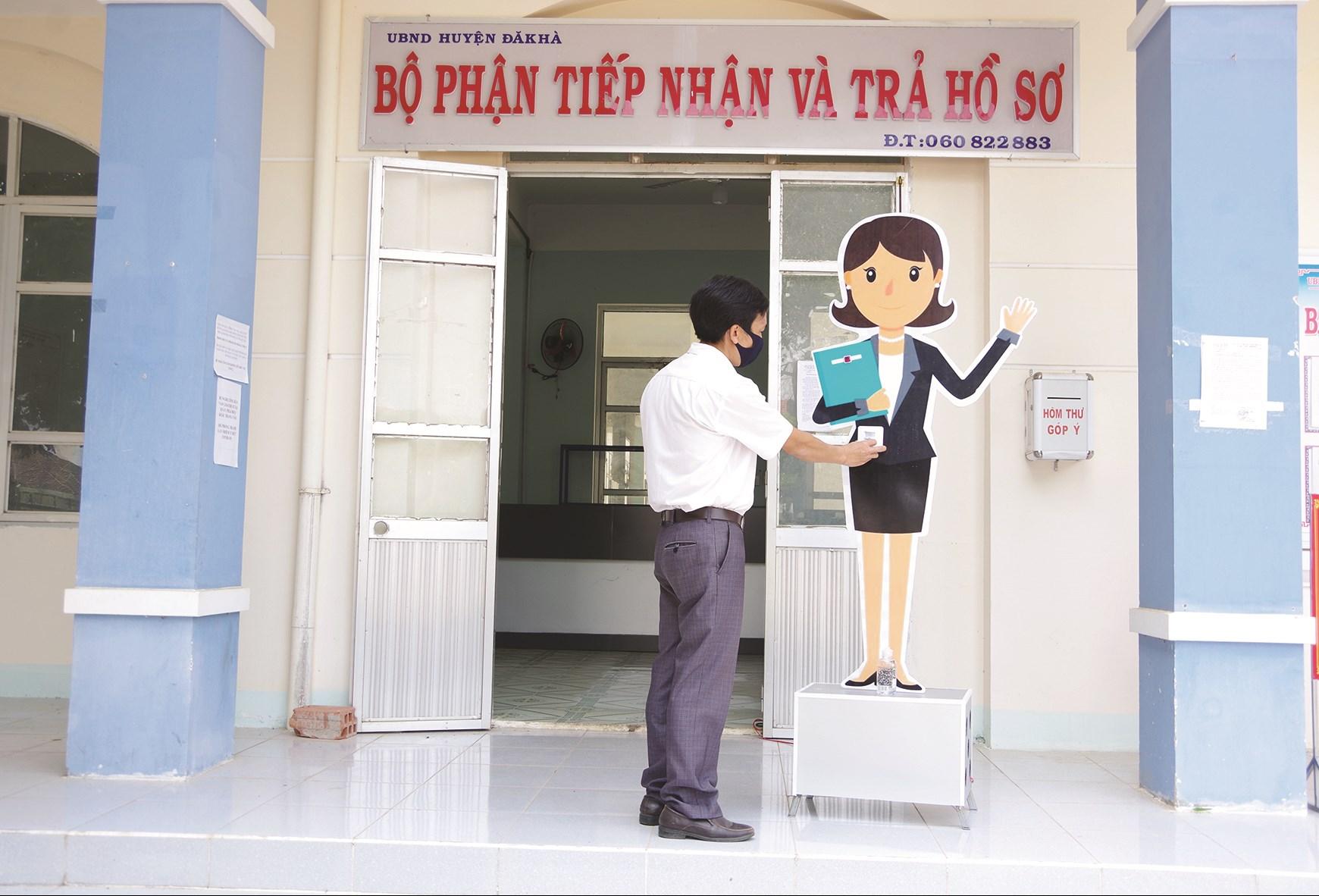 """""""Mô hình nhân viên nhắc nhở"""" được đặt tại bộ phận 1 cửa của UBND huyện Đăk Hà."""