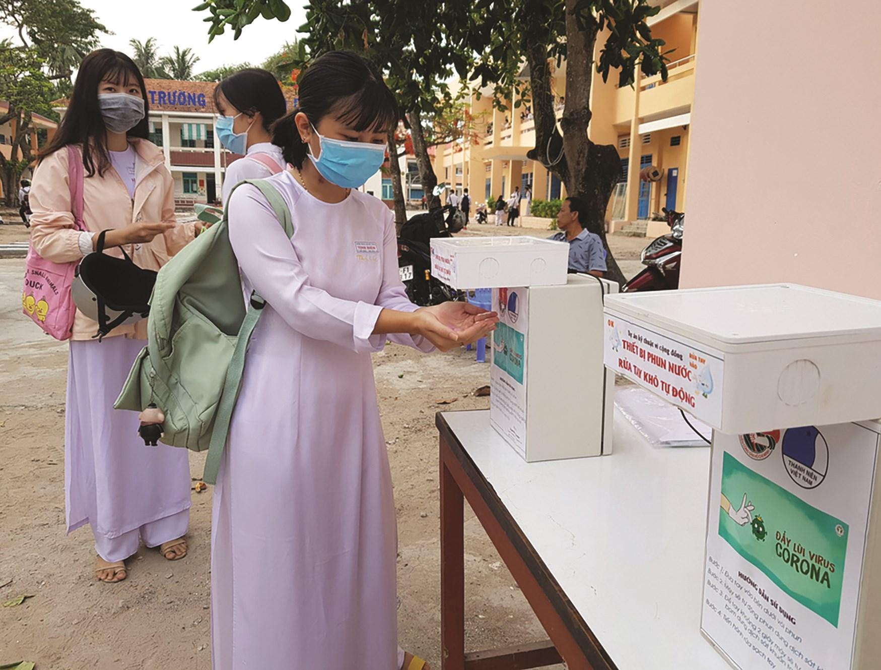 Học sinh lớp 12 của Trường THPT Tịnh Biên (Tịnh Biên, An Giang) đến trường sáng 27/4.