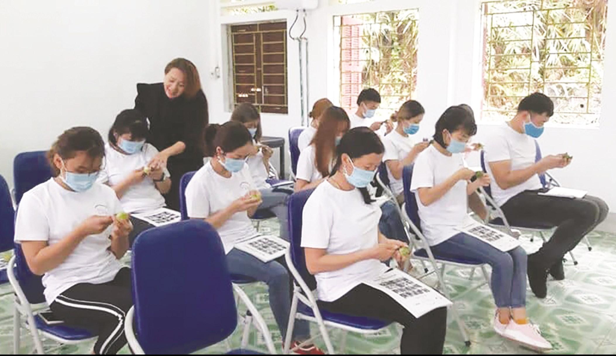 Sau khi thông báo trên mạng xã hội, nhiều học viên ở huyện Bắc Quang tham gia lớp làm tóc (Ảnh chụp ngày 18/3/2020)