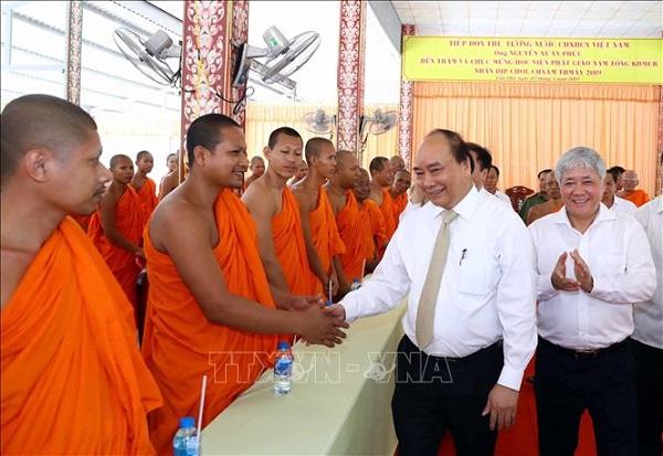 Thủ tướng Nguyễn Xuân Phúc bắt tay các vị sư sãi Học viện Phật giáo Nam tông Khmer (ngày 07/4/2019). Ảnh TTXVN.