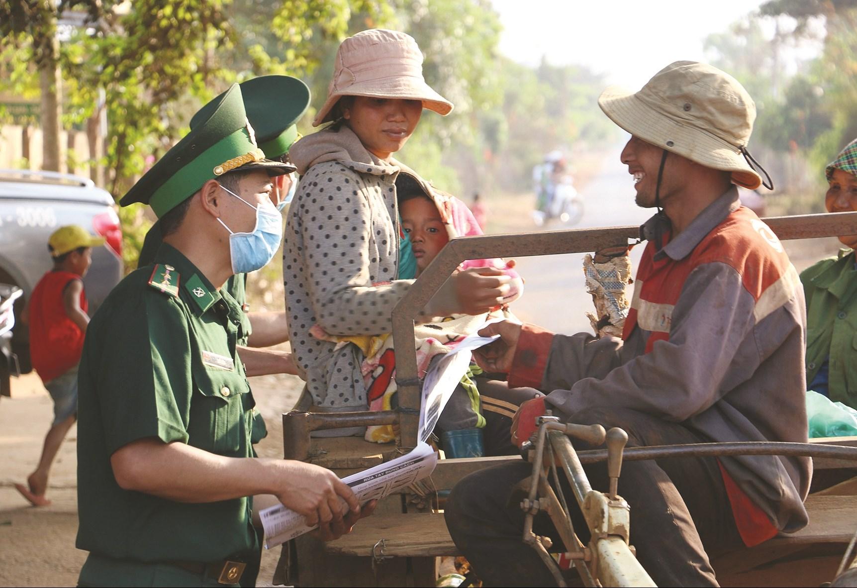 Bộ đội Biên phòng Đồn Biên phòng cửa khẩu Thuận An phát tờ rơi song ngữ tiếng phổ thông và M'nông cho đồng bào biên giới