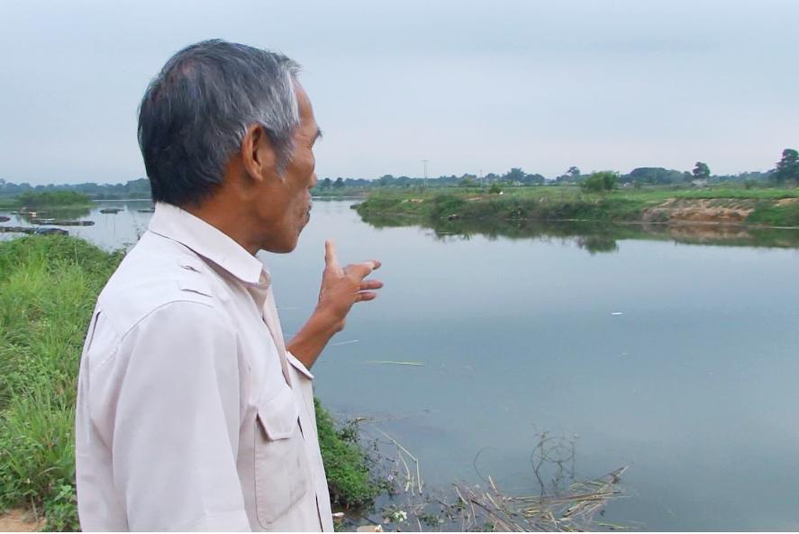 Người dân bức xúc trước vấn nạn khai thác cát trái phép trên sông Bồ đoạn chảy qua TX Hương Trà gây sạt lở đất canh tác.