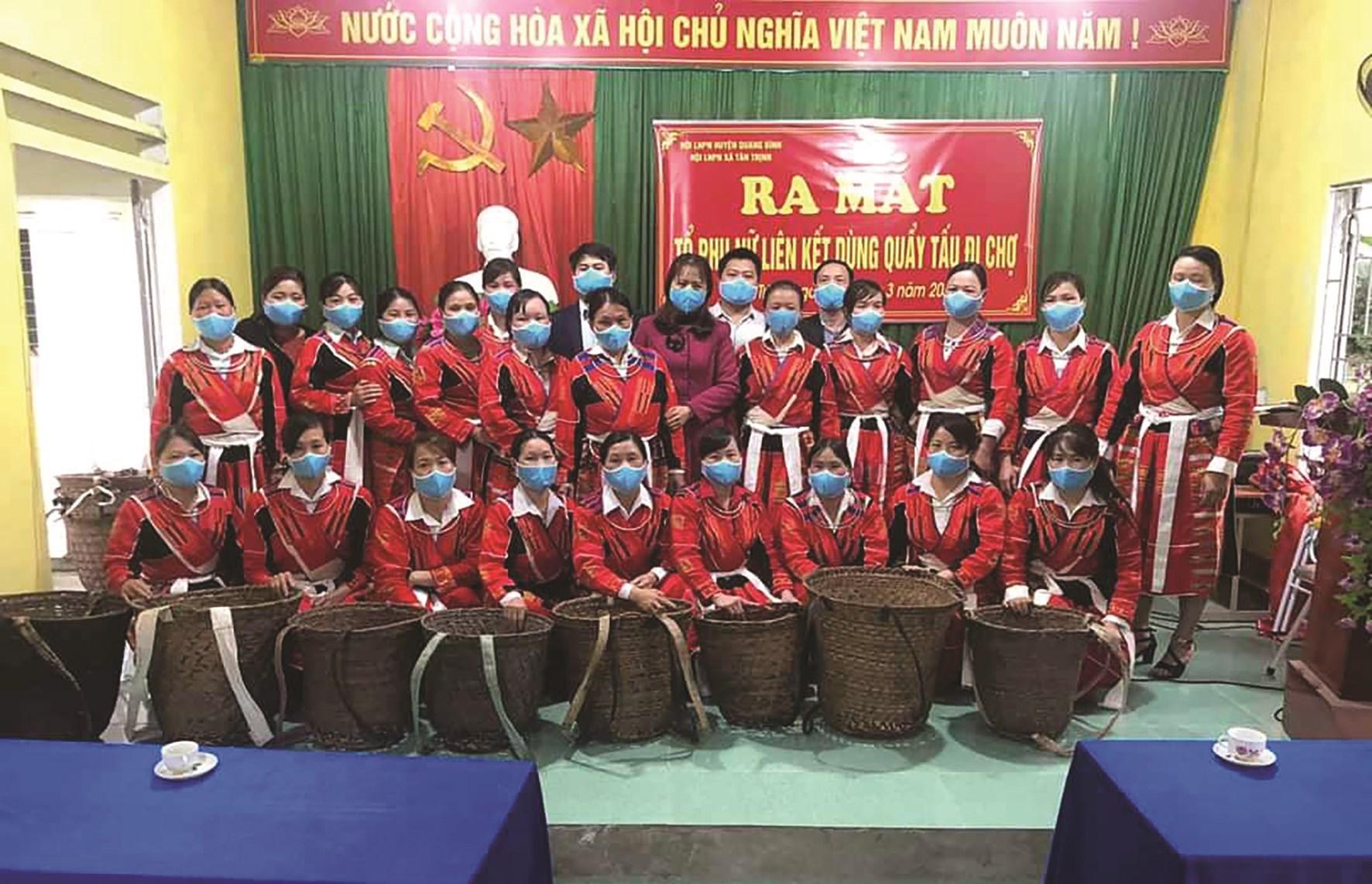 Lễ ra mắt mô hình Tổ Phụ nữ liên kết dùng quẩy tấu đi chợ tại thôn Tả Ngảo, xã Tân Trịnh, huyện Quang Bình, tỉnh Hà Giang (Ảnh tư liệu)