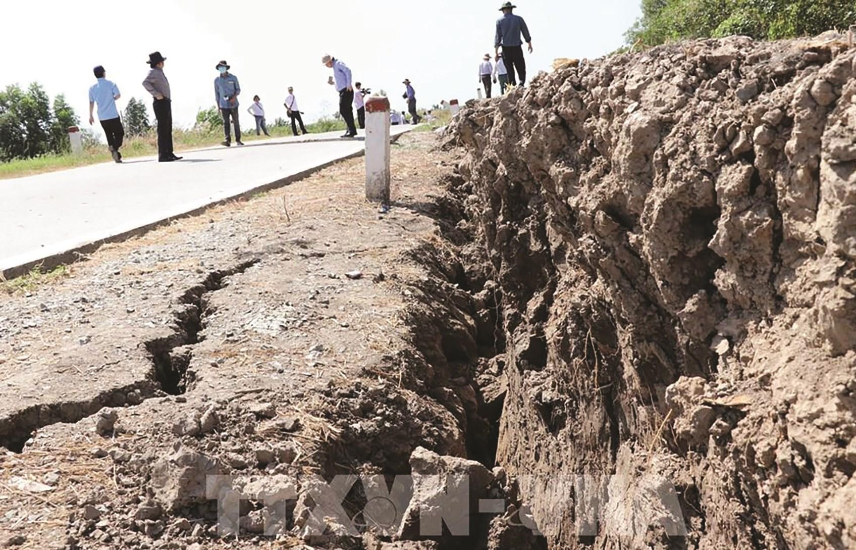Đoạn đê biển Tây Cà Mau, đoạn từ Kênh Mới đến Đá Bạc (thuộc ấp Kinh Hòn, xã Khánh Bình Tây, huyện Trần Văn Thời) bị sụt lún