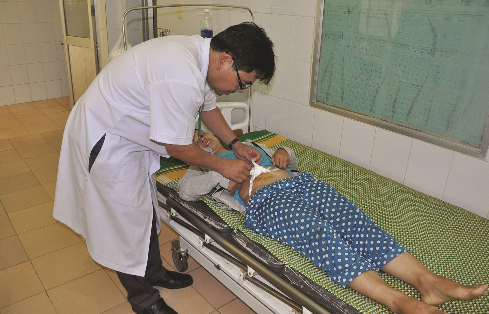 Bác sĩ thăm khám cho người dân tại Trung tâm Y tế huyện Nam Giang, tỉnh Quảng Nam. Ảnh: Thanh Huyền