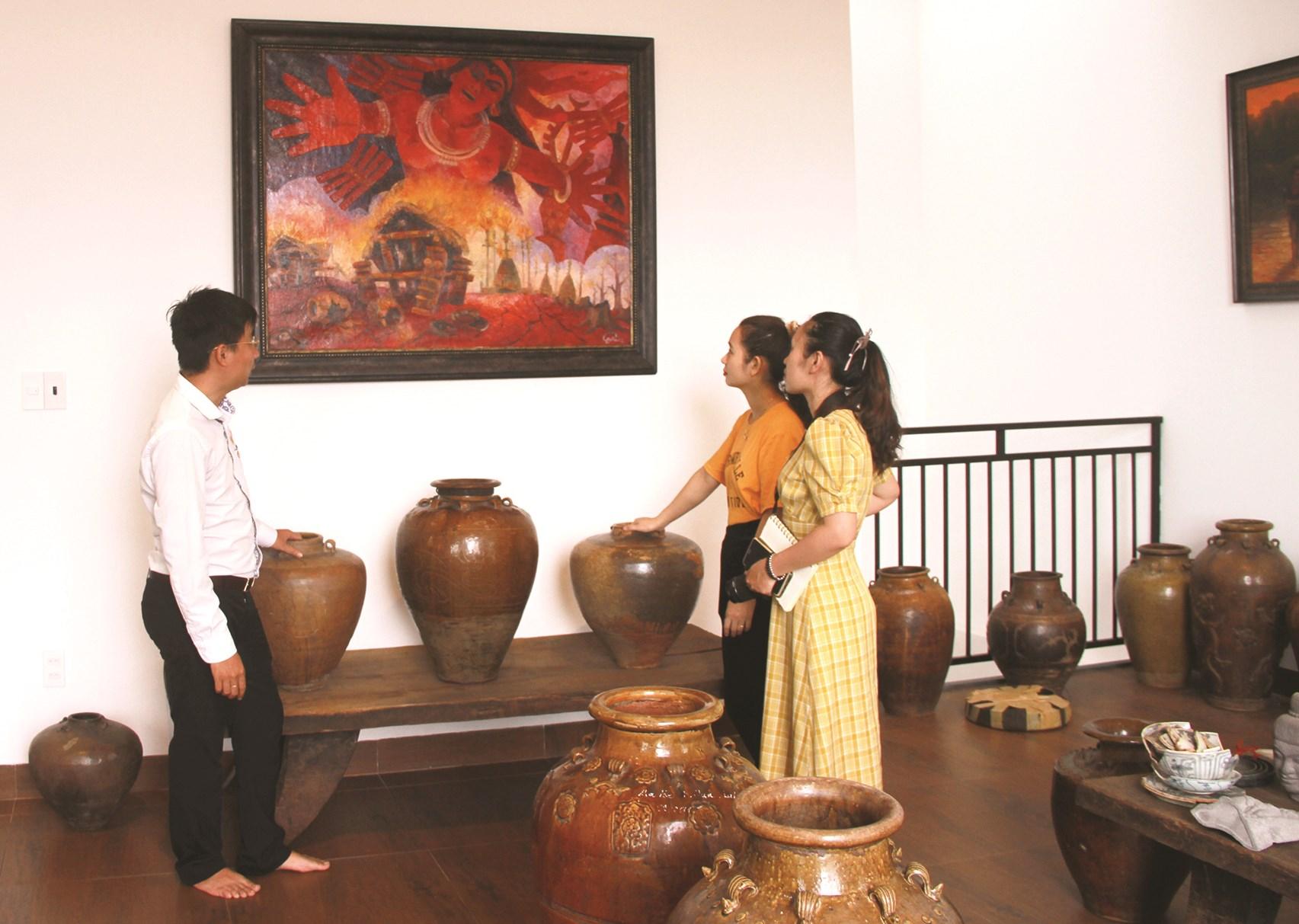 Nhà sưu tầm Võ Minh Luân giới thiệu tranh, hiện vật gốm