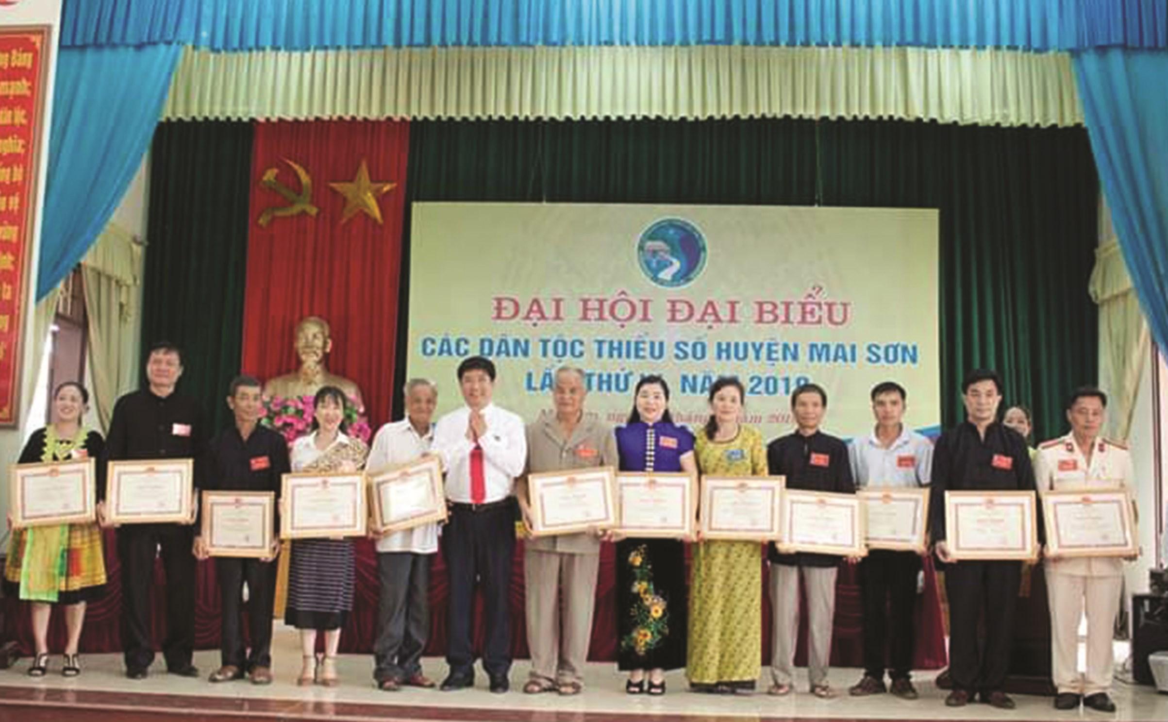 Cô Vàng Thị Nu (đầu tiên bên trái) nhận Giấy khen của Chủ tịch UBND huyện Mai Sơn tại Đại hội Đại biểu các DTTS huyện Mai Sơn lần thứ III, năm 2019
