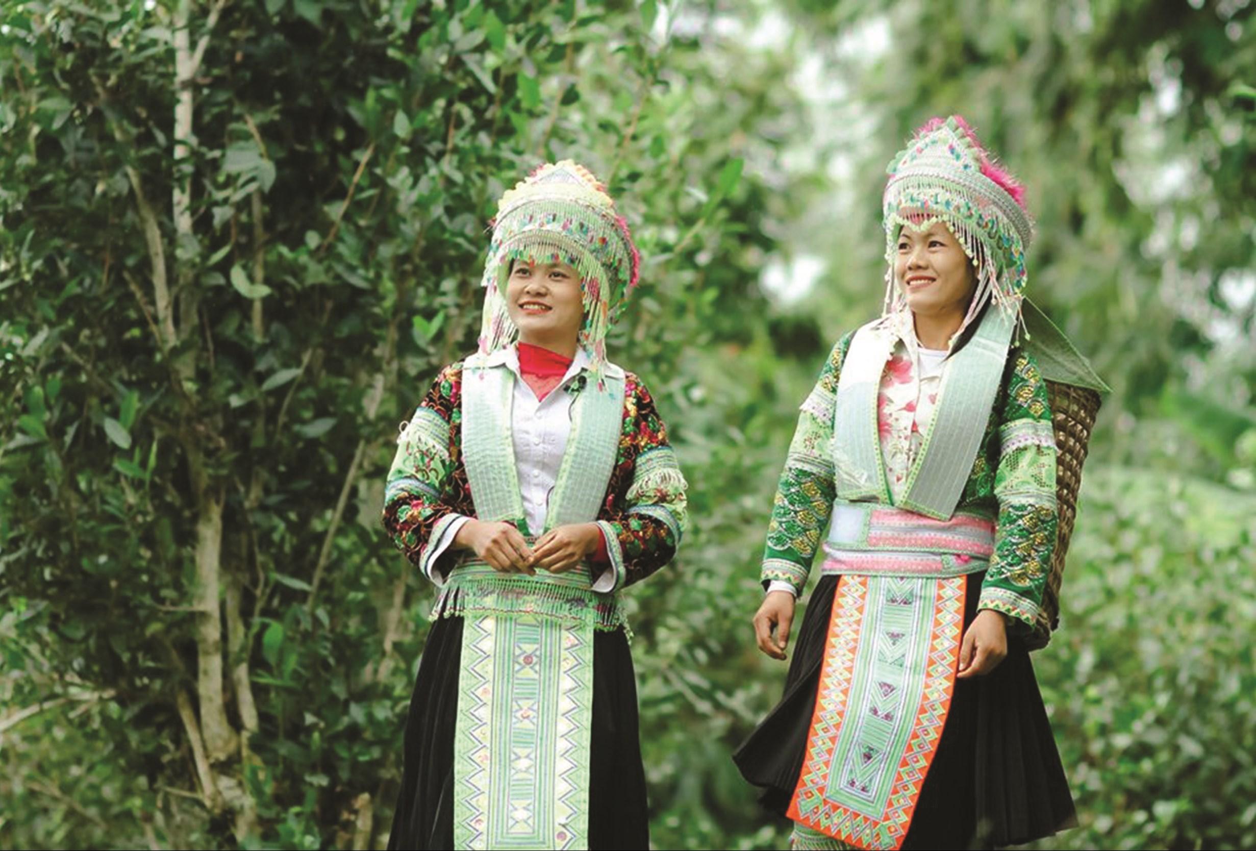 Đội Văn nghệ thôn Ngòi Sen, xã Yên Lâm (Hàm Yên) hát dân ca Mông.