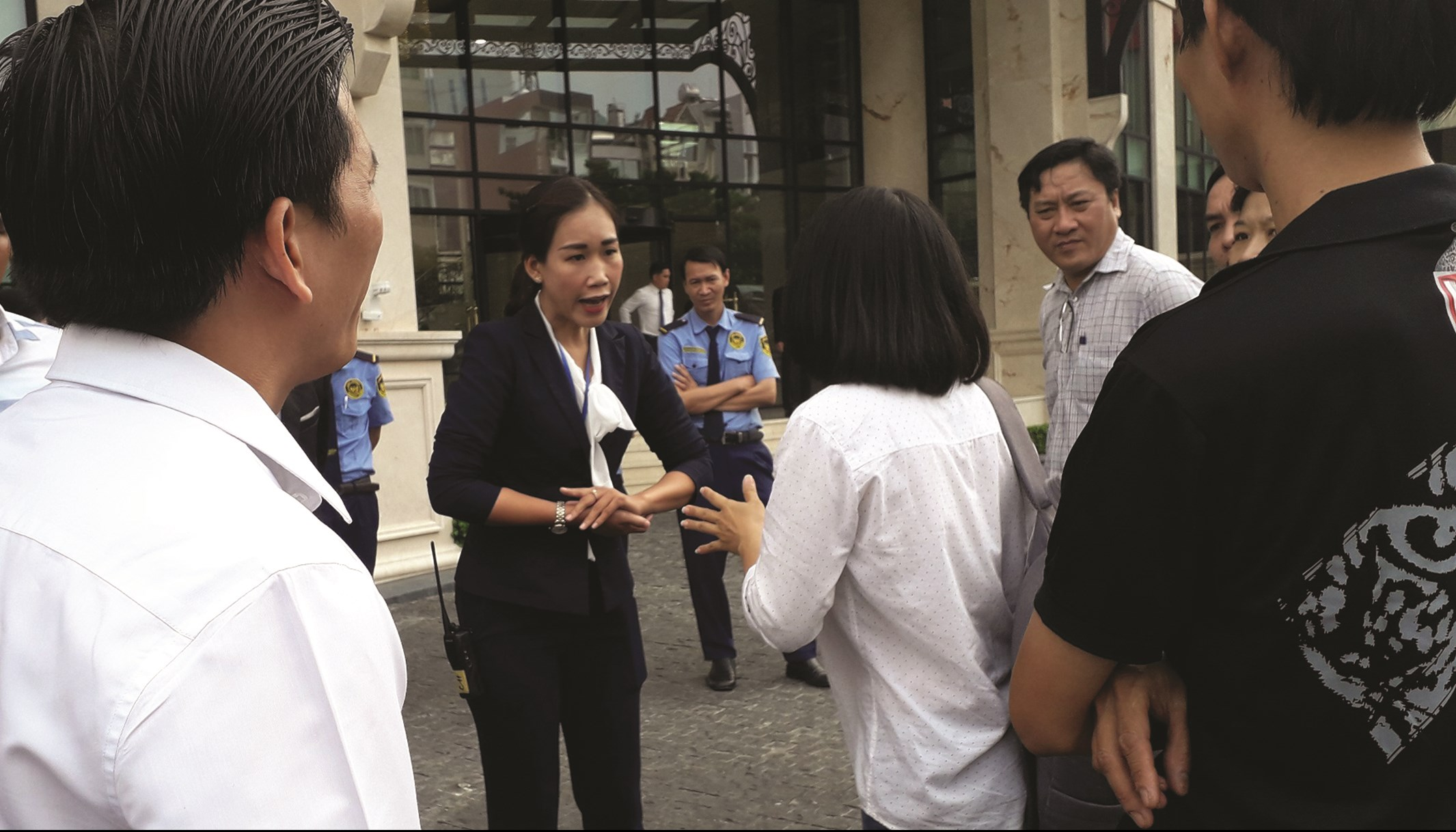 Đại diện Đất Xanh Group (người mặc áo vest) giải thích với khách hàng đang khiếu kiện nhiều năm qua.