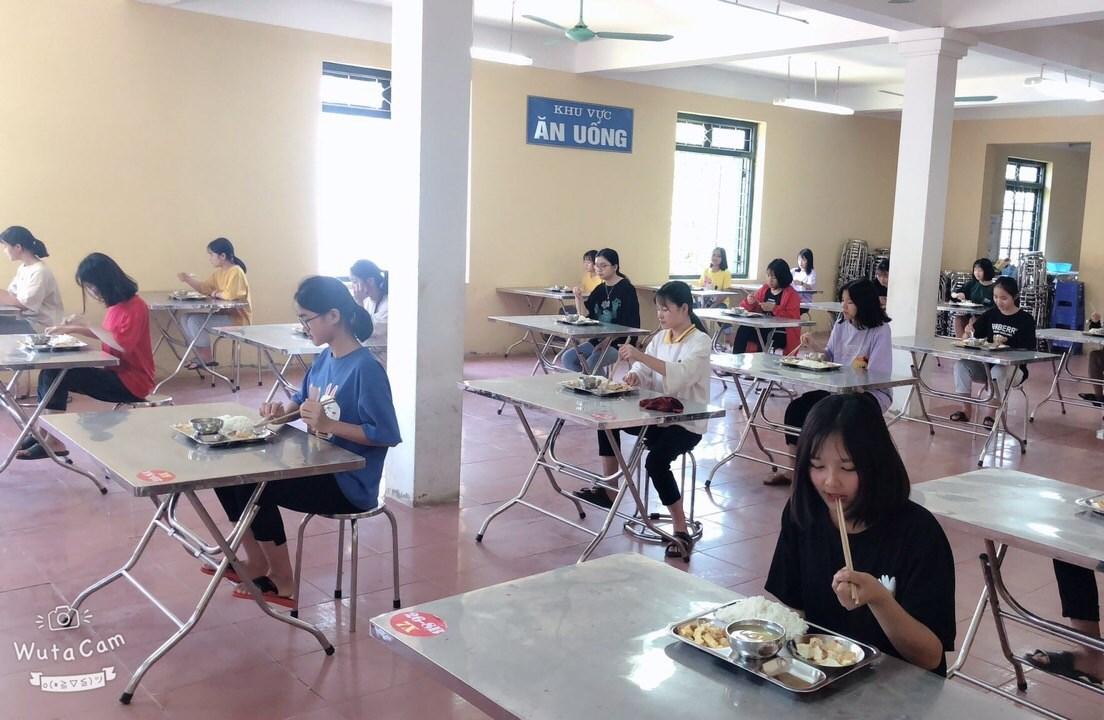 Bữa ăn giãn cách của học sinh Trường PTDTNT THCS&THPT huyện Đà Bắc (Hoà Bình)