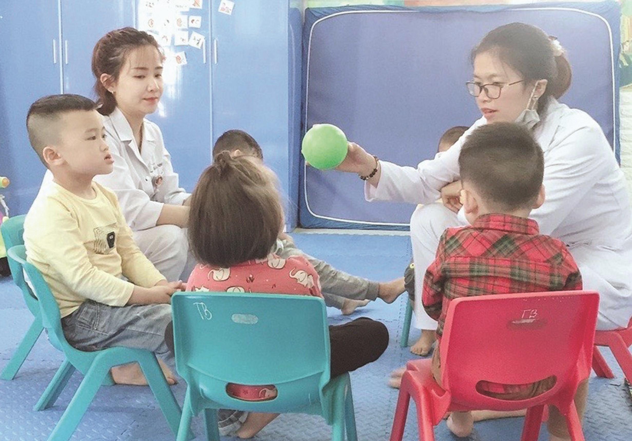 Các bác sĩ đang chẩn đoán bệnh ADHD ở trẻ