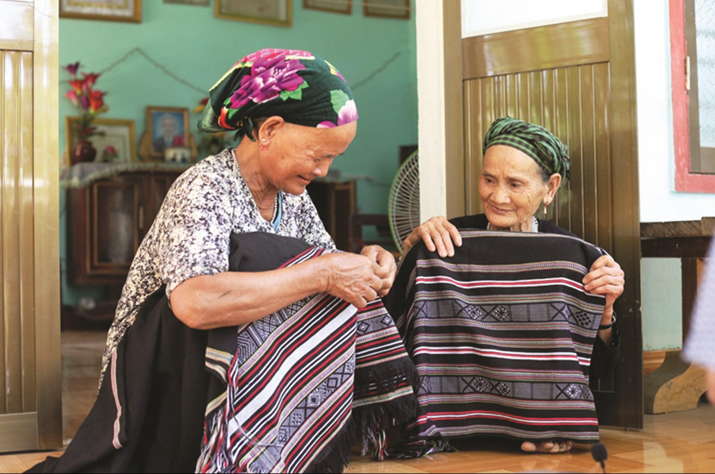 Thổ cẩm Làng Teng được khôi phục và trở thành sản phẩm phục vụ du lịch