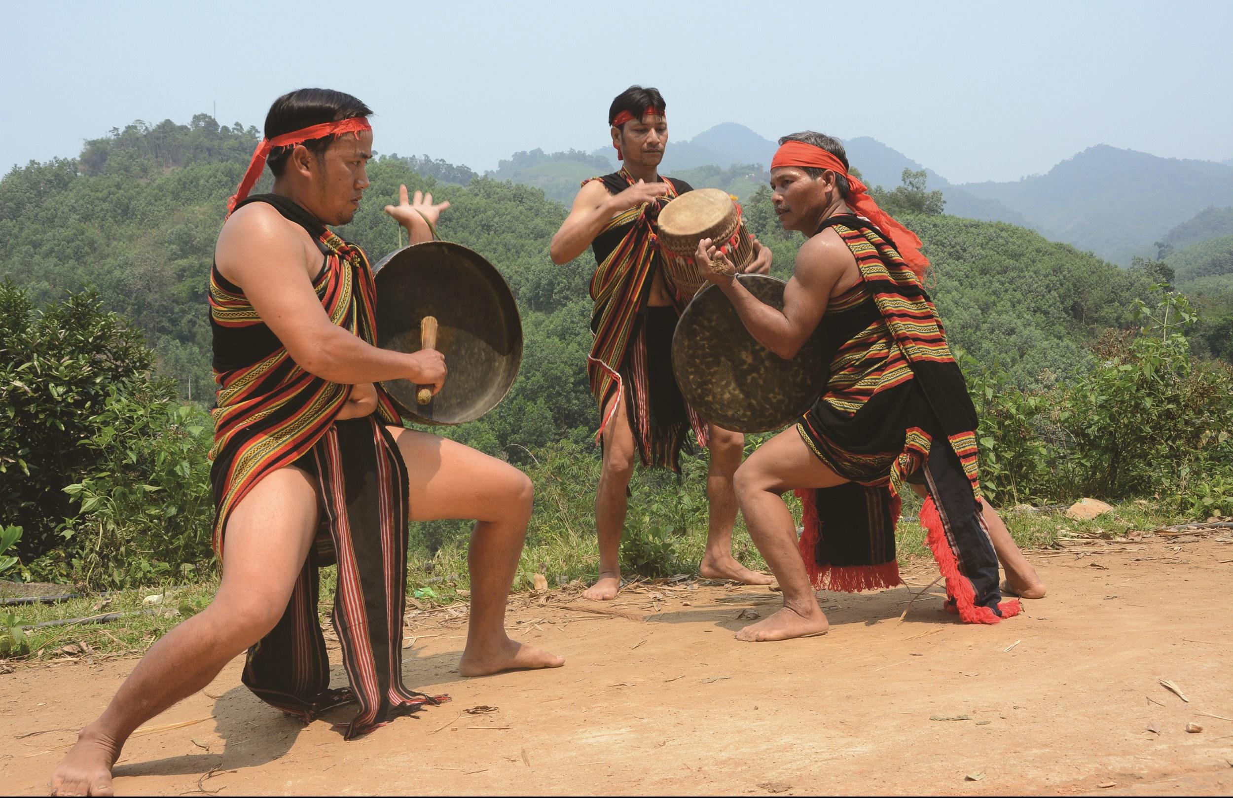 Nhờ sự quan tâm của các cấp, ngành và những người có tâm huyết, nhiều di sản văn hóa của các DTTS được bảo tồn và phát huy. (Trong ảnh: Tiết mục đấu chiêng của người Cor)