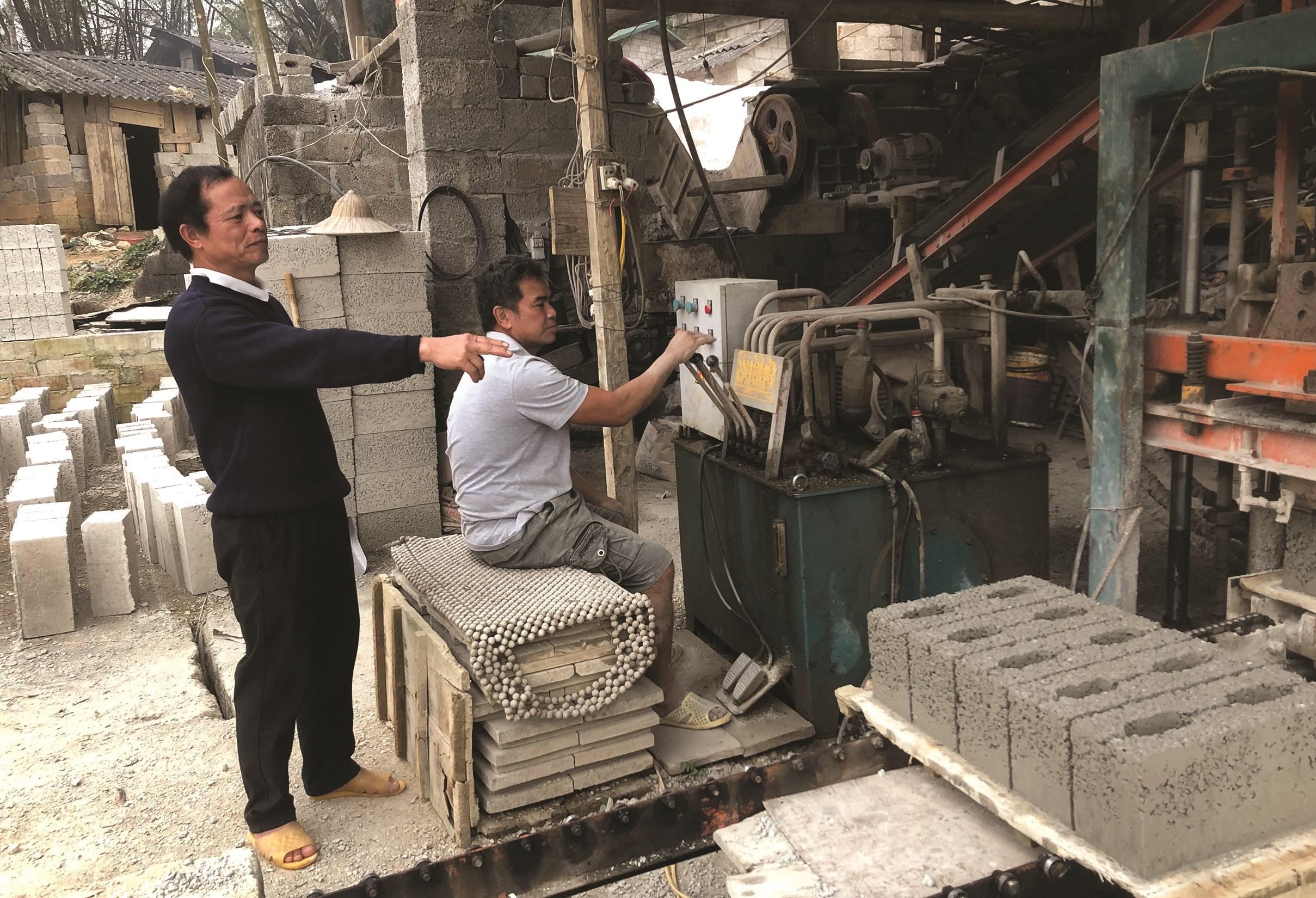 Ông Chung bên xưởng gạch bi của gia đình