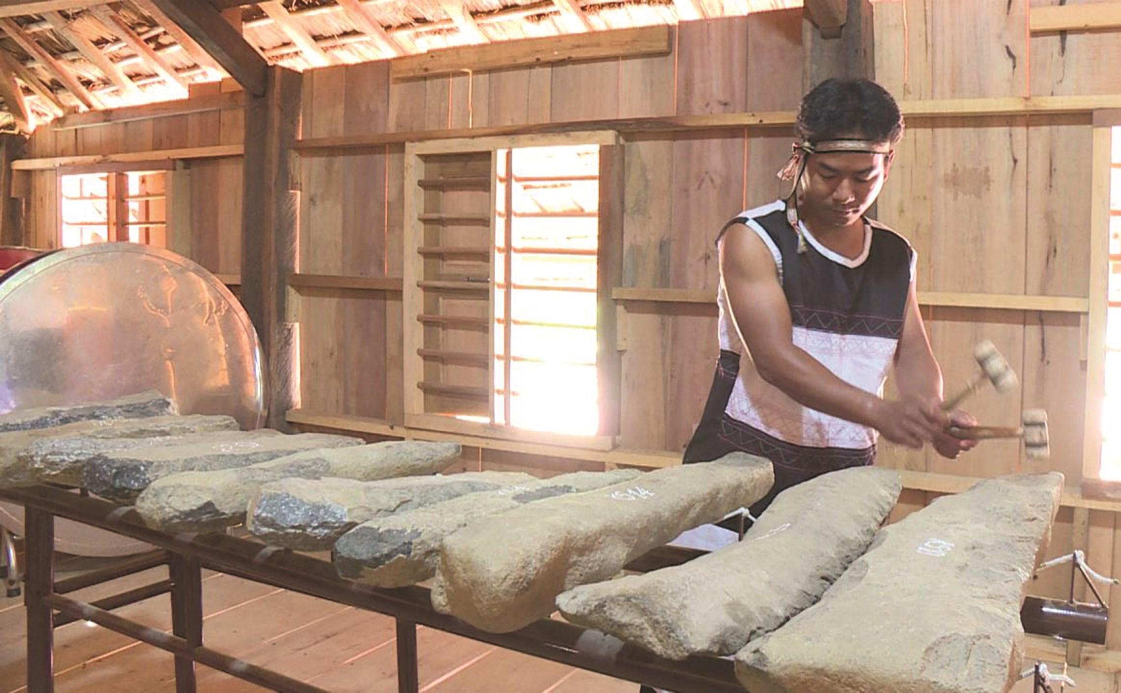 Qua công tác truyền dạy, lớp trẻ Raglai dần có đam mê với đàn đá.