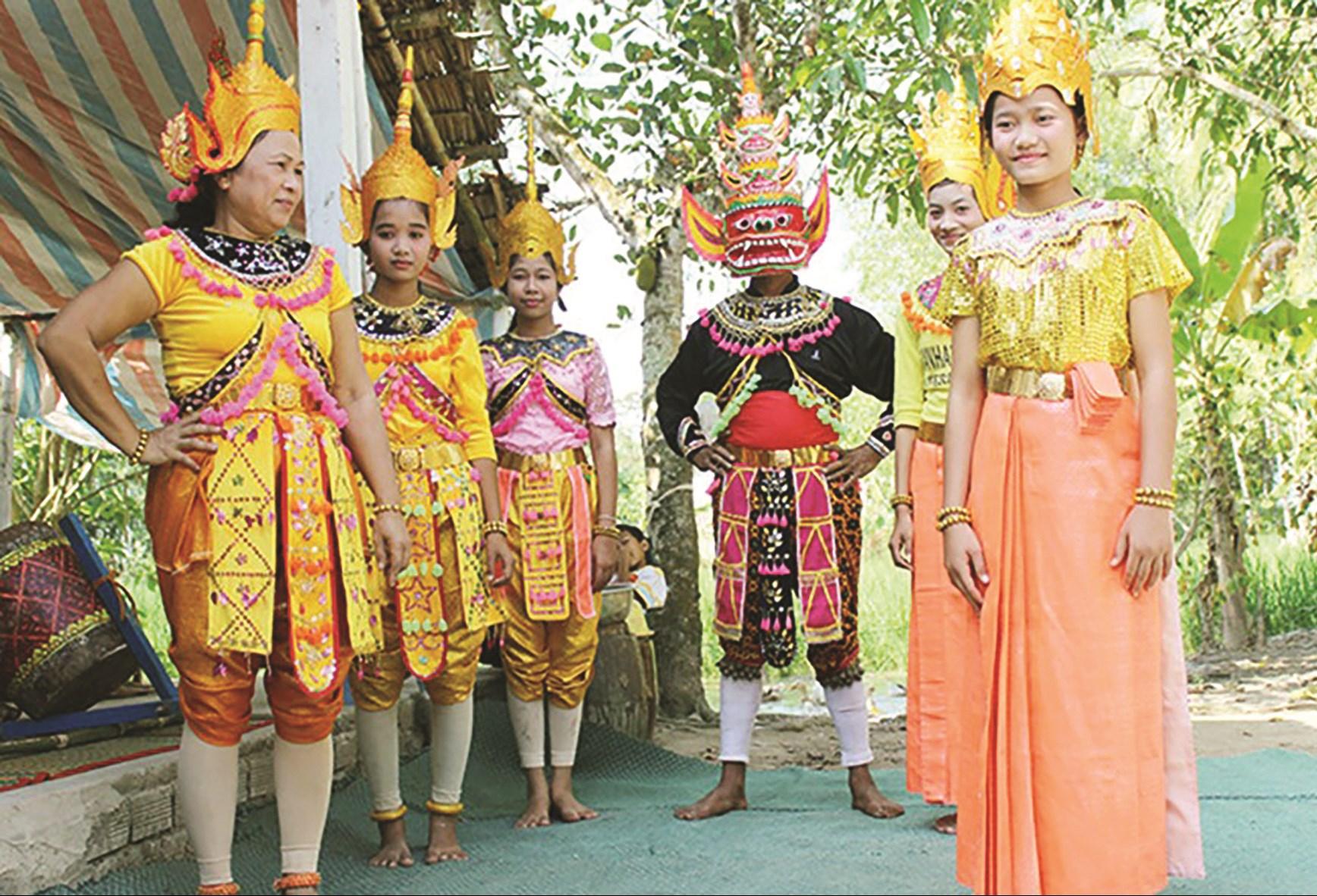 Nghệ nhân Lâm Thị Hương (bìa bên trái) đang chuẩn bị phục dựng sân khấu cổ Rô Băm tại Làng văn hóa các dân tộc Việt Nam (Hà Nội năm 2016).