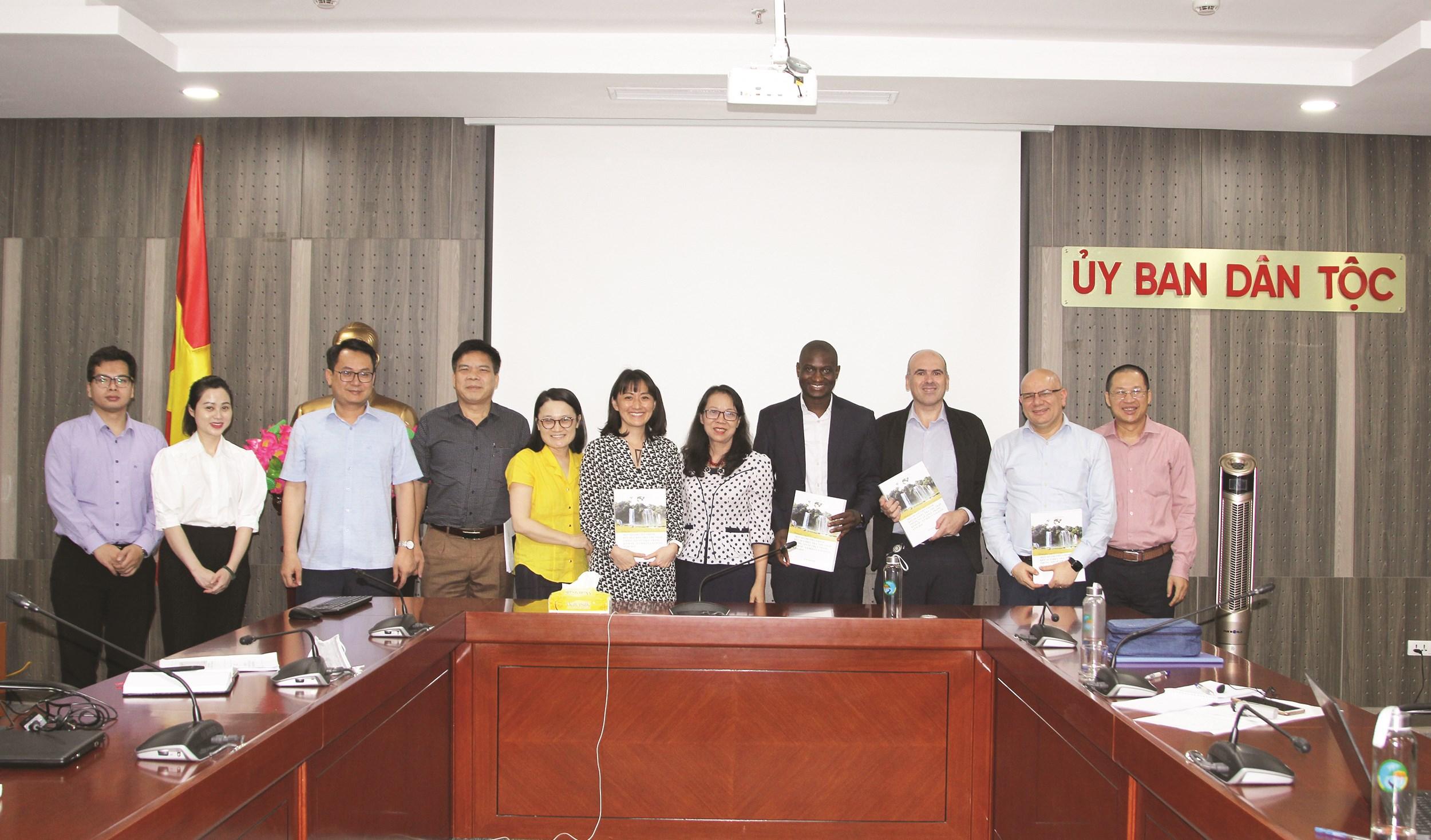Các đại biểu chụp ảnh lưu niệm sau cuộc họp.