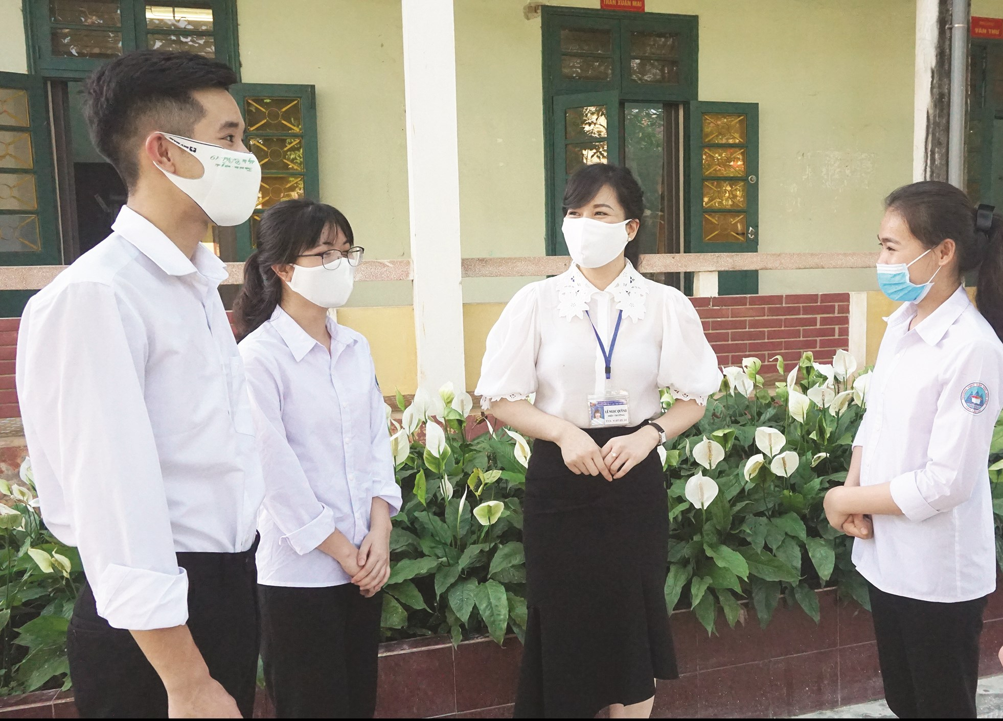 Dù công việc quản lý bận rộn, cô Quỳnh (thứ ba từ trái qua) luôn dành thời gian thăm hỏi, chia sẻ, động viên các em học sinh.