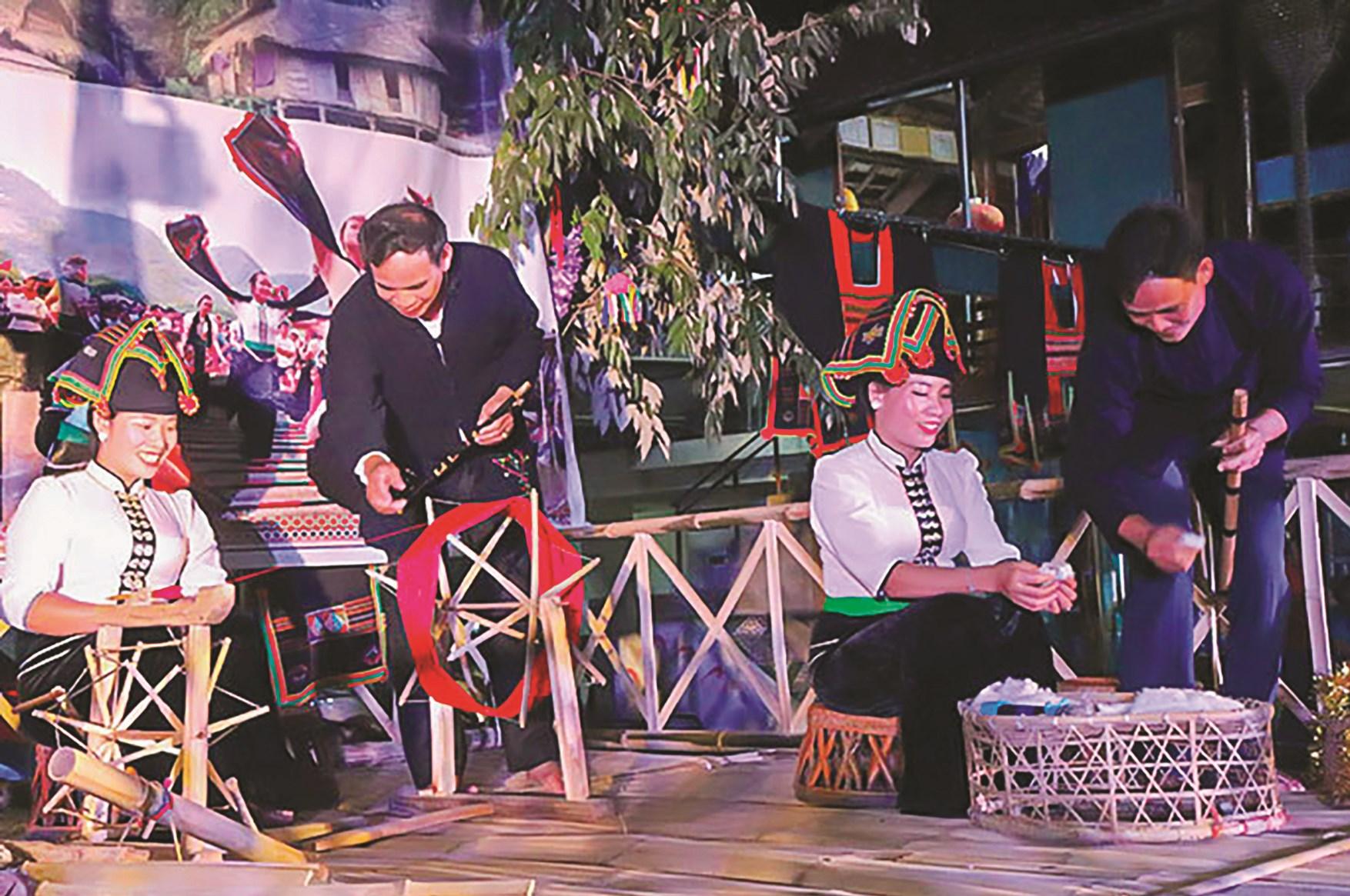 Trình diễn một số sinh hoạt văn hóa của dân tộc Thái bản Him Lam 2