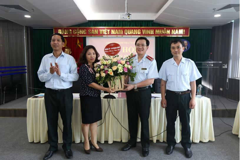 Đồng chí Nguyễn Thu Minh - Phó Bí thư Thường trực Đảng ủy tặng hoa chúc mừng Đại hội