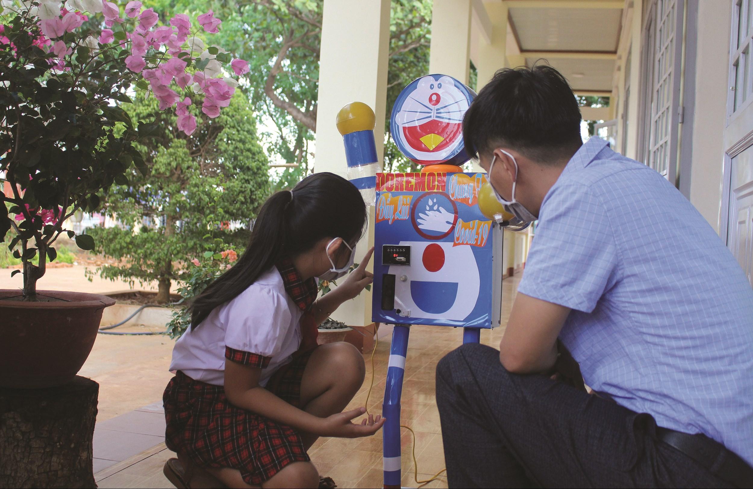 Bé An giới thiệu máy rửa tay Doraemon của mình