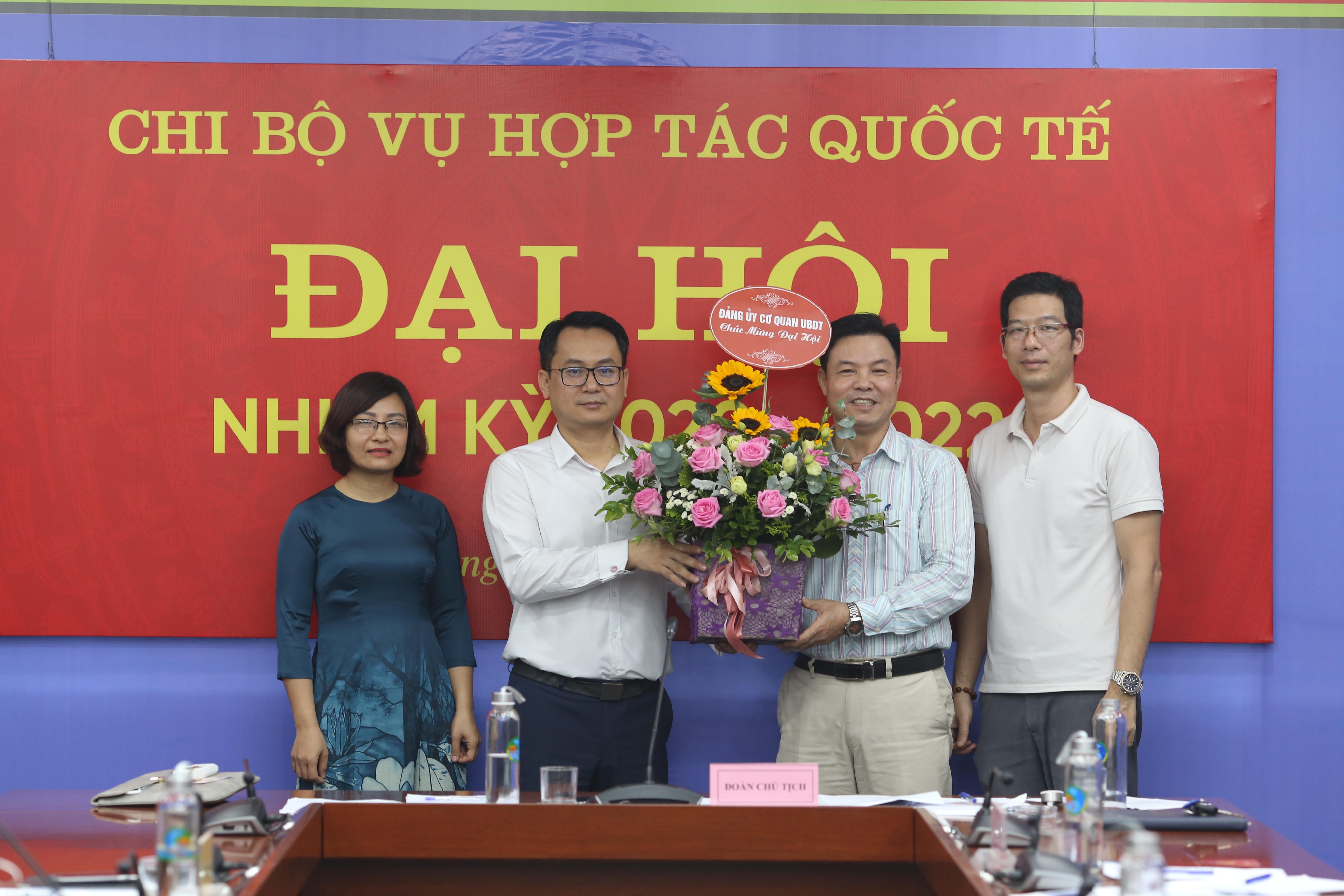 Đồng chí Nguyễn Văn Phong thay mặt Ban Thường vụ Đảng ủy cơ quan UBDT tặng hoa chúc mừng Đại hội