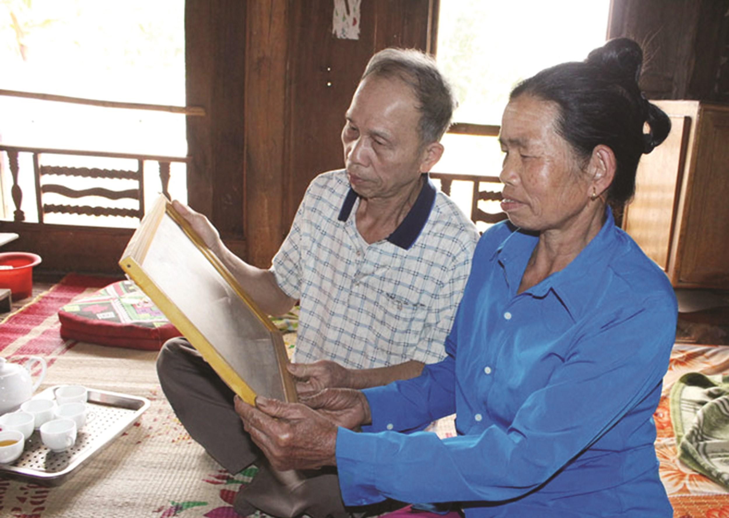 Vợ chồng ông Hà Minh Thiết sống giản dị trong căn nhà sàn đơn sơ thuộc xóm Nám, cách không xa Trường THCS xã Xăm Khòe