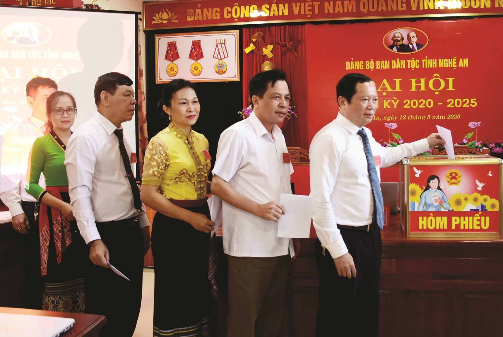 Các đại biểu bỏ phiếu bầu Ban Chấp hành nhiệm kỳ mới