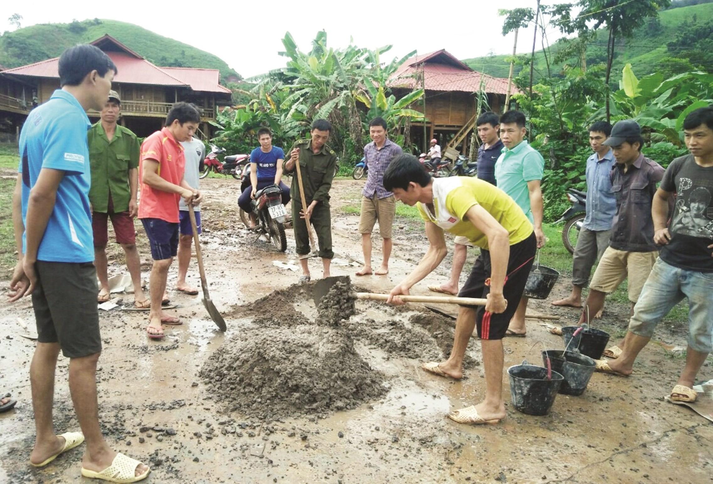 Người dân bản Púng Bon, xã Pa Thơm, huyện Điện Biên (Điện Biên) giúp hộ nghèo cải tạo nhà ở